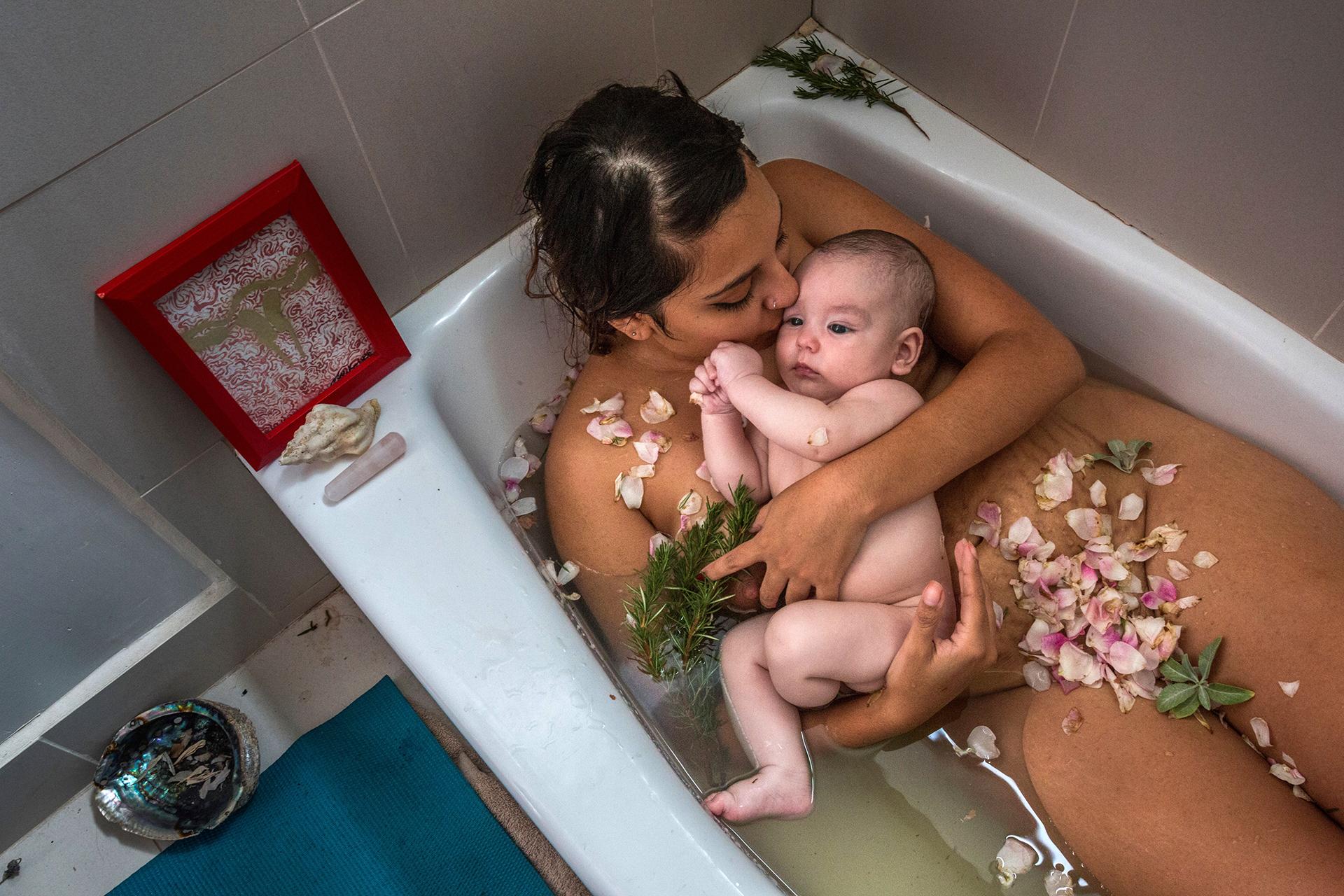 Laura Sermeño y su bebé toman un baño de hierbas y un masaje después de terminada la cuarentena después del parto, parte de un ritual en Los Angeles, California. Karla Gachet, 2018