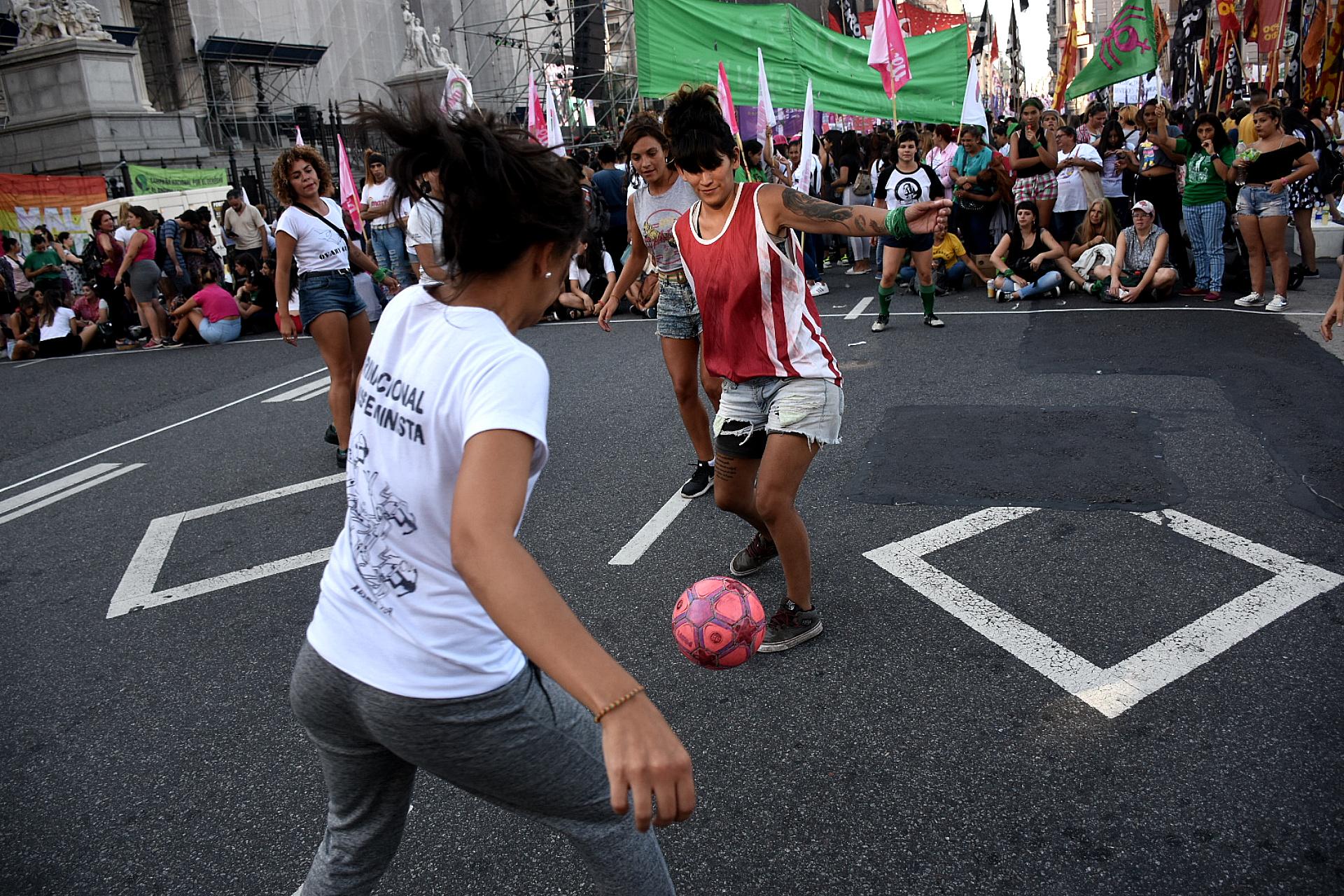Algunas manifestantes improvisaron un partido de fútbol