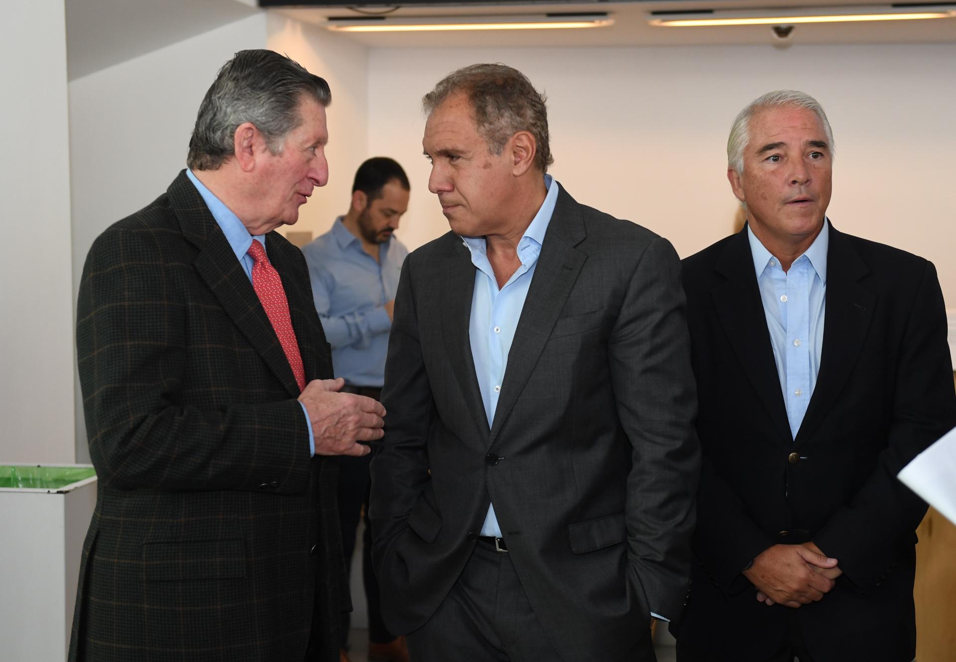 José Claudio Escribano, miembro del directorio de La Nación, junto a Daniel Hadad y Pablo Deluca