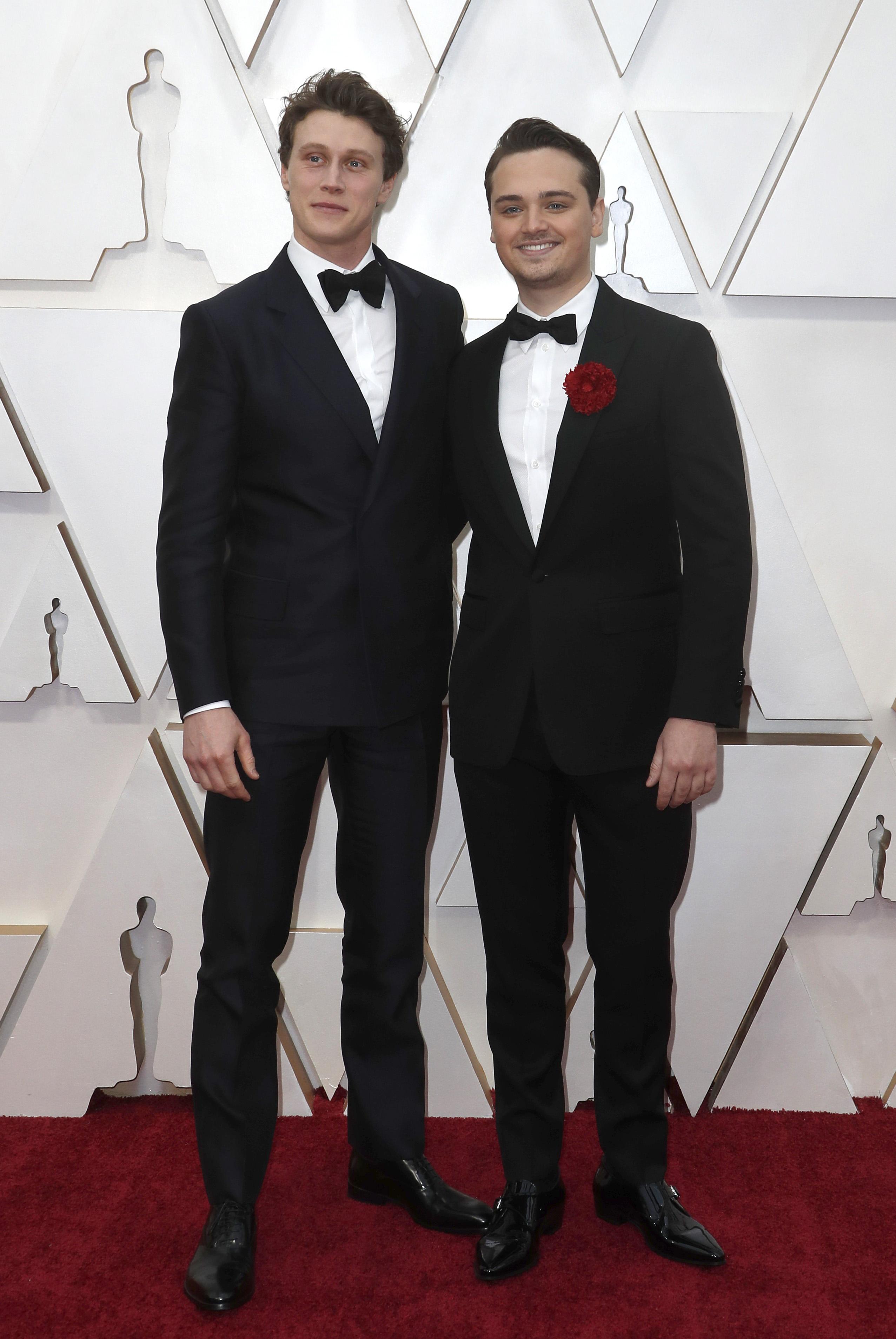 George MacKay y Dean-Charles Chapman, ambos vestidos con un impecable black tie, fueron unos de los primeros en llegar a la alfombra roja de los Academy Awards. Ambos eligieron la camisa blanca y el moño negro. Charles Chapman le sumó a su elección una rosa roja para acompañar a su saco