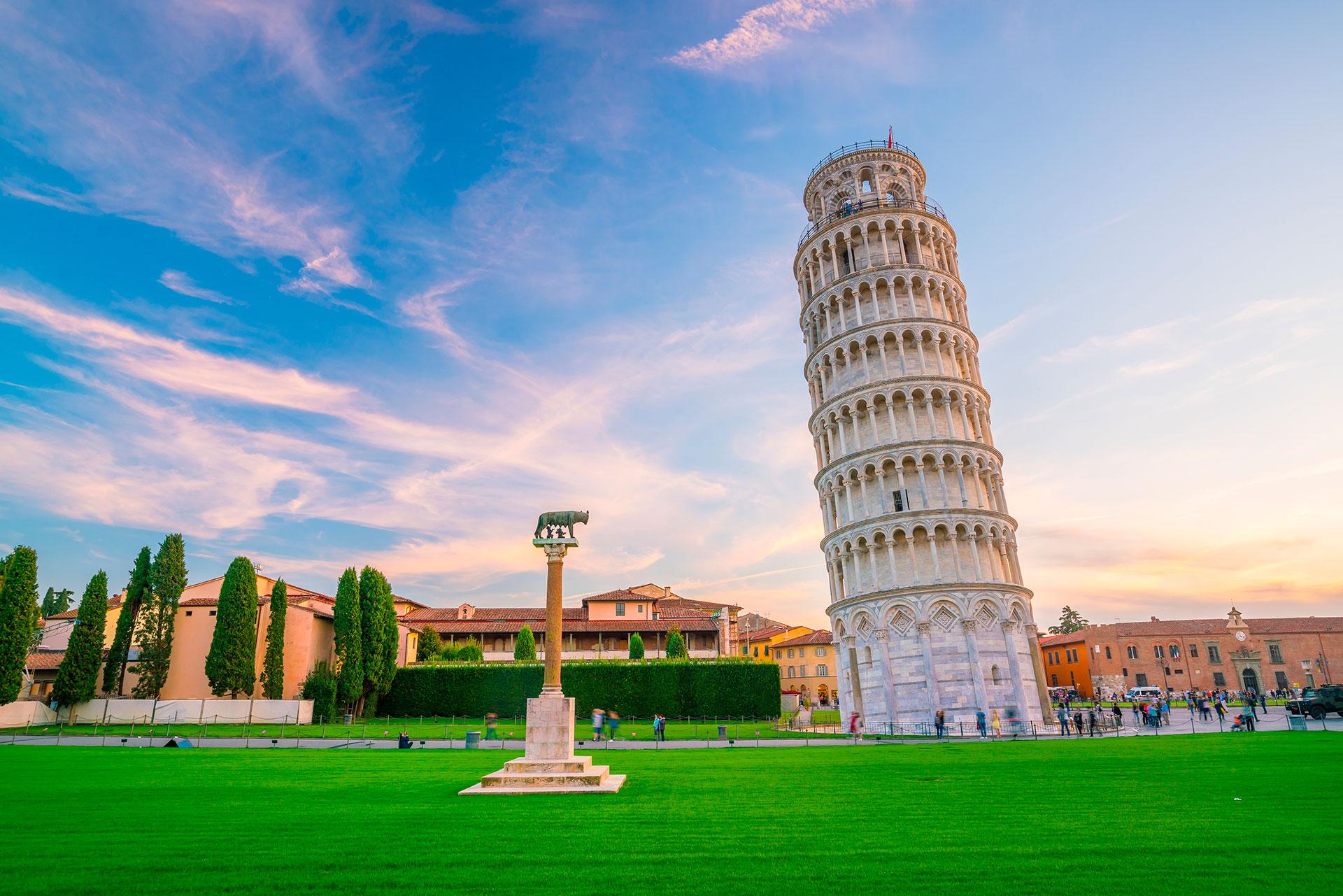 Es casi imposible resistirse a las fotografías ilusorias ópticas que ofrece la torre inclinada de Pisa. La construcción del edificio comenzó en 1173 , y actualmente se inclina unos cuatro grados // Fotos: Shutterstock