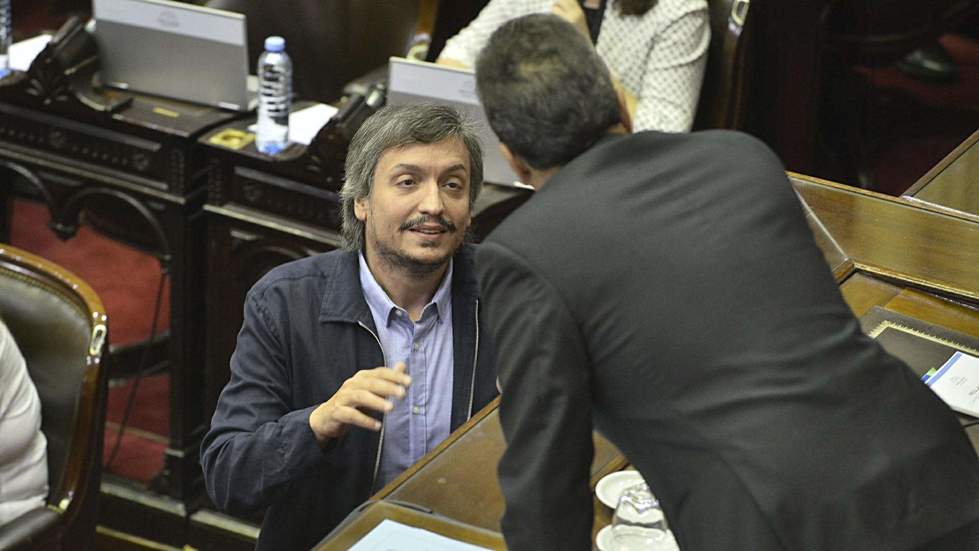 Máximo Kirchner dialoga con Sergio Massa antes del comienzo de la sesión