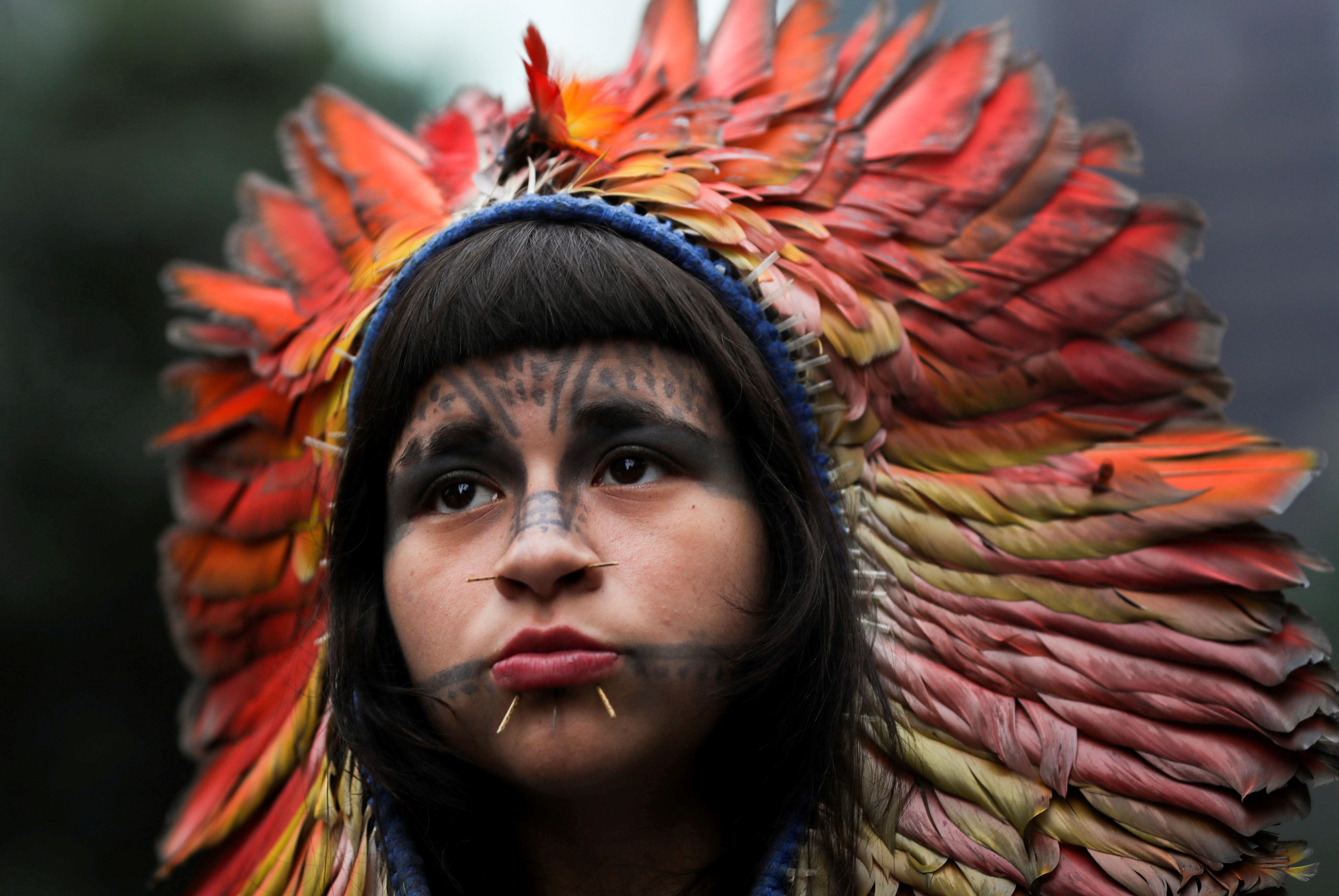 Una mujer indígena participa en una marcha durante el Día Internacional de la Mujer en Sao Paulo, Brasi (REUTERS / Amanda Perobelli)