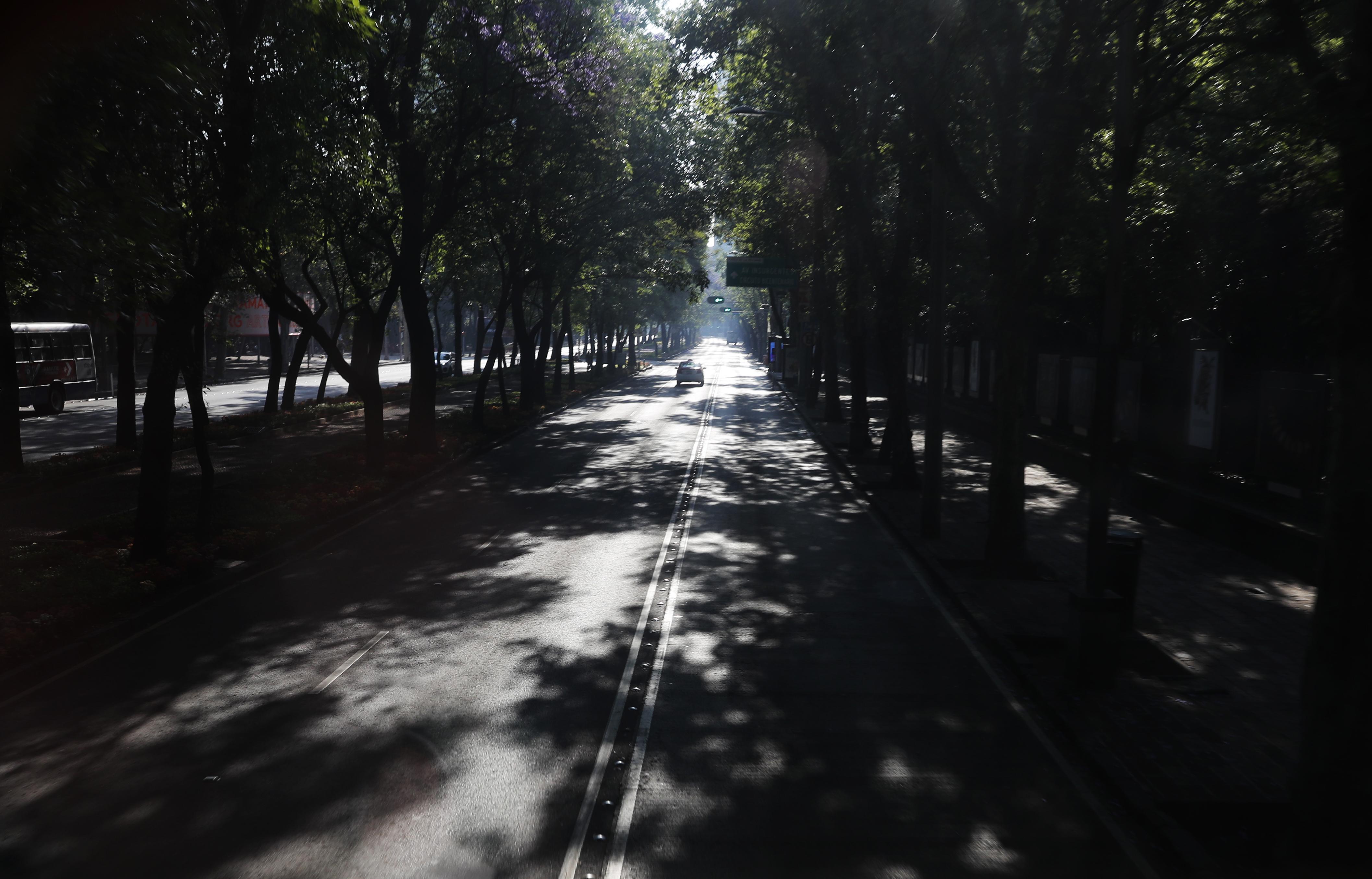 Un automóvil conduce en la avenida Reforma de la Ciudad de México casi vacía, el domingo 22 de marzo de 2020.