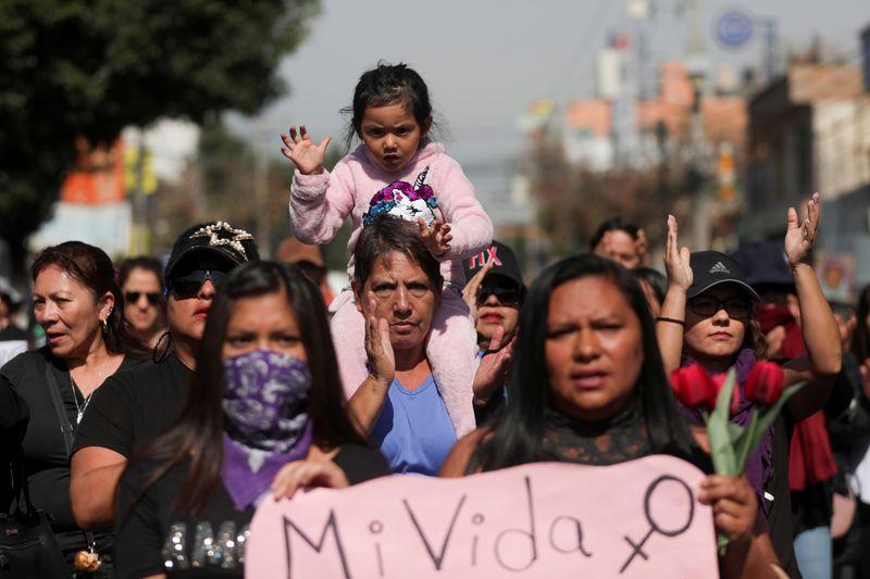 Foto del domingo de un grupo de mujeres en una marcha por las víctimas de violencia de género en Ecatepec, en las afueras de Ciudad de México. Mar 8, 2020. REUTERS/Luisa Gonzalez