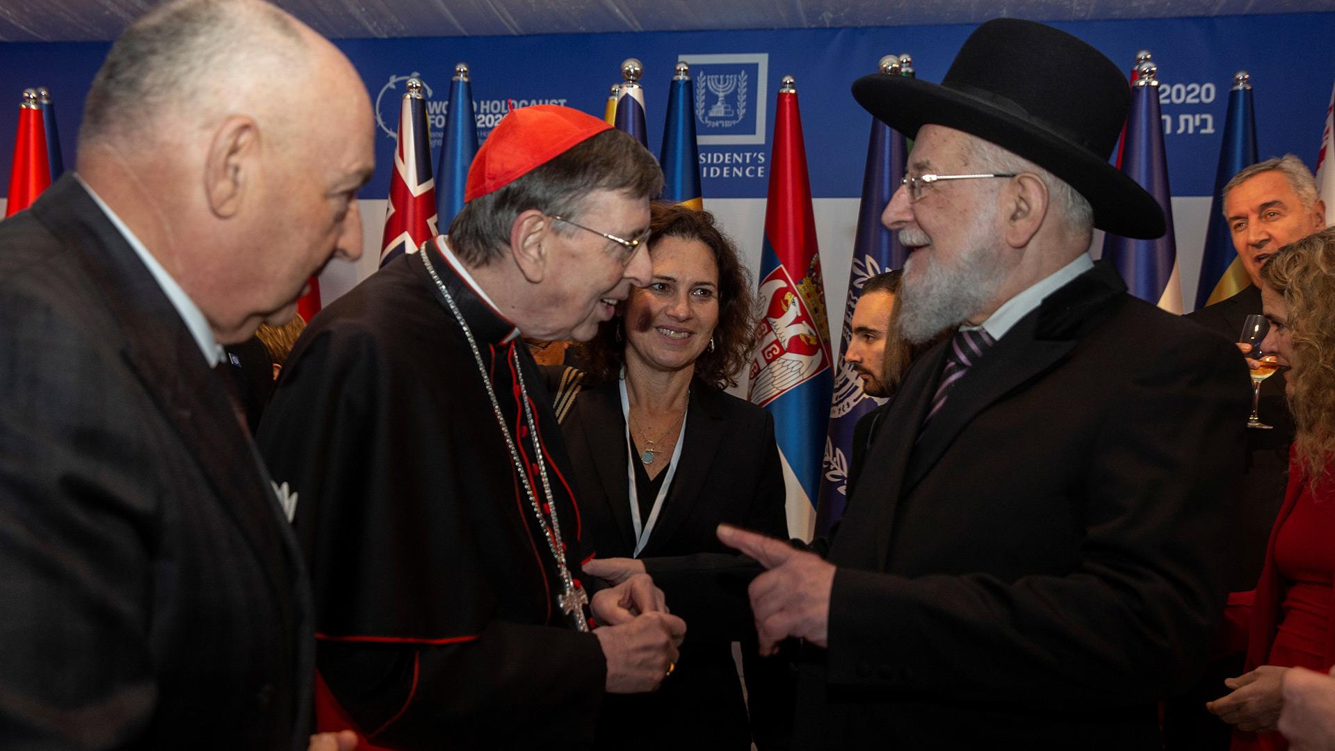 El sobreviviente del Holocausto Rabbi Yisrael Meir Lau habla con el obispo Kurt Koch, presidente del Consejo Pontificio para la Promoción de la Unidad Cristiana (Heidi Levine/Pool via REUTERS)