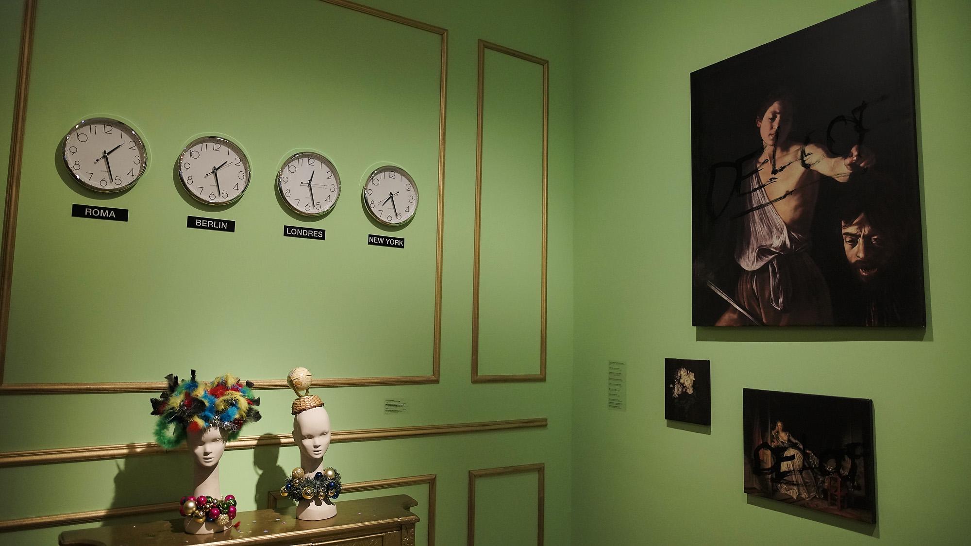 Sergio De Looffue parte de la generación de artistas que crearon una moda de autor en Buenos Aires, a comienzos de los años 90, realizando numerosos desfiles performáticos en los que participaban modelos no convencionales, con prendas realizadas en materiales alternativos, basura y ropa donada. Entre estos, se destacanLatina Winter by Cottolengo Fashion(1989),Encantadores vestidos(1990) y Cualquier Chanel(1994), entre muchos otros