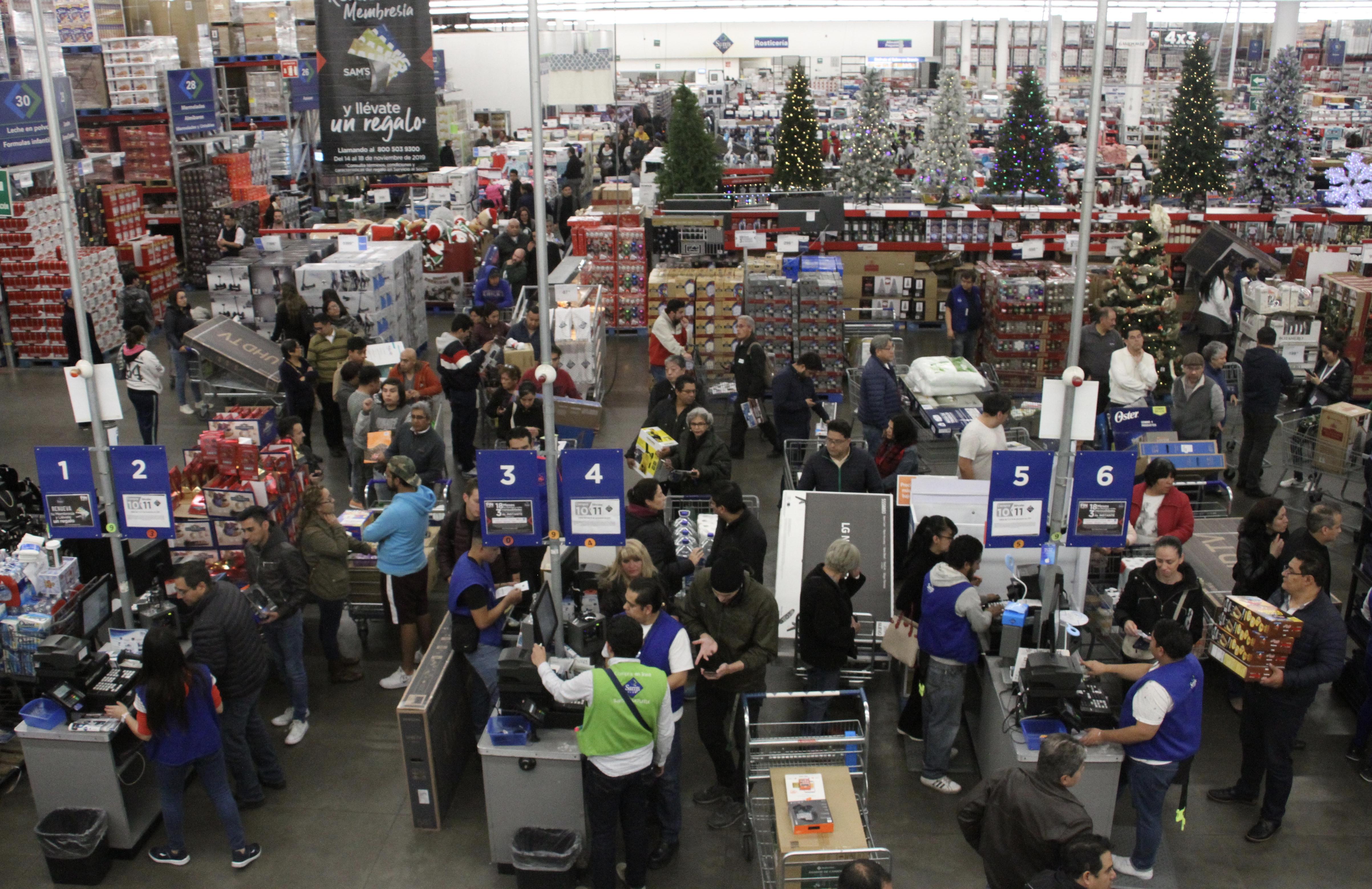 Las cajas de las tiendas se llenan de compradores (Foto: Cuartoscuro)