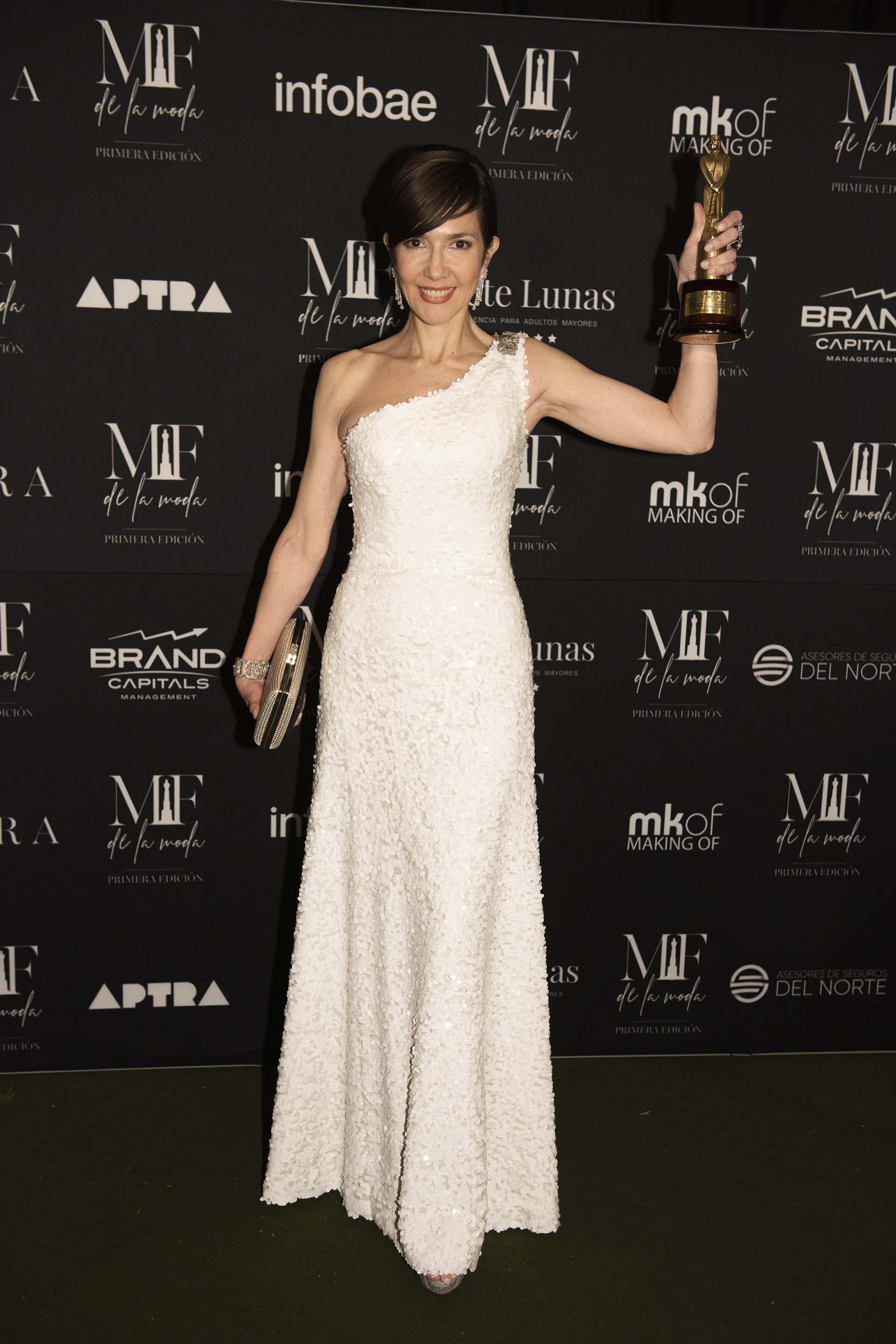 La periodista Cristina Pérez, ganadora en la categoría mejor estilo de conductora de noticiero, eligió un vestido de los hermanos Iara