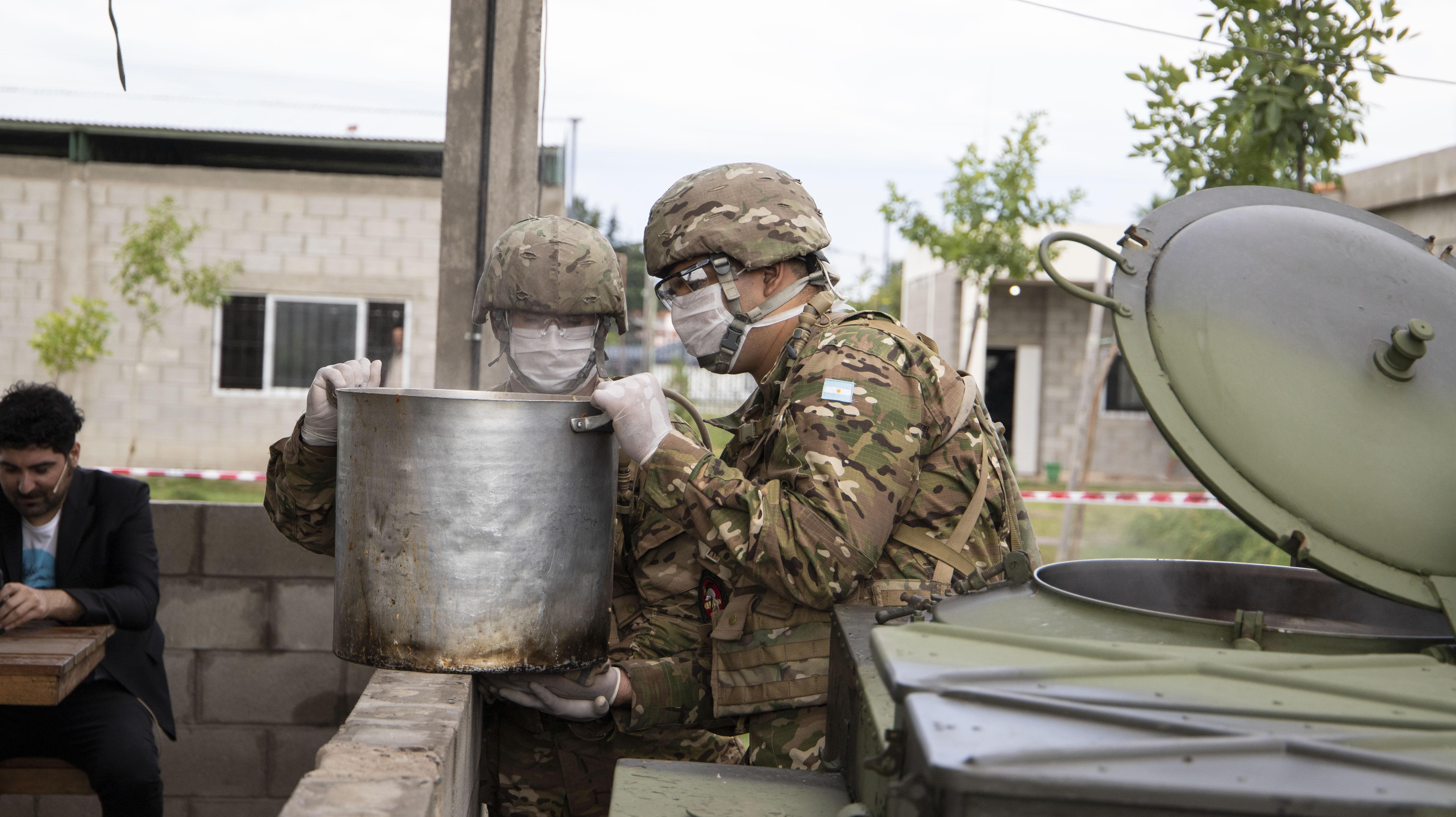El Ejército Argentino llegó el martes a La Matanza para brindar asistencia en los barrios más pobres (Fotos: Lihuel Althabe)