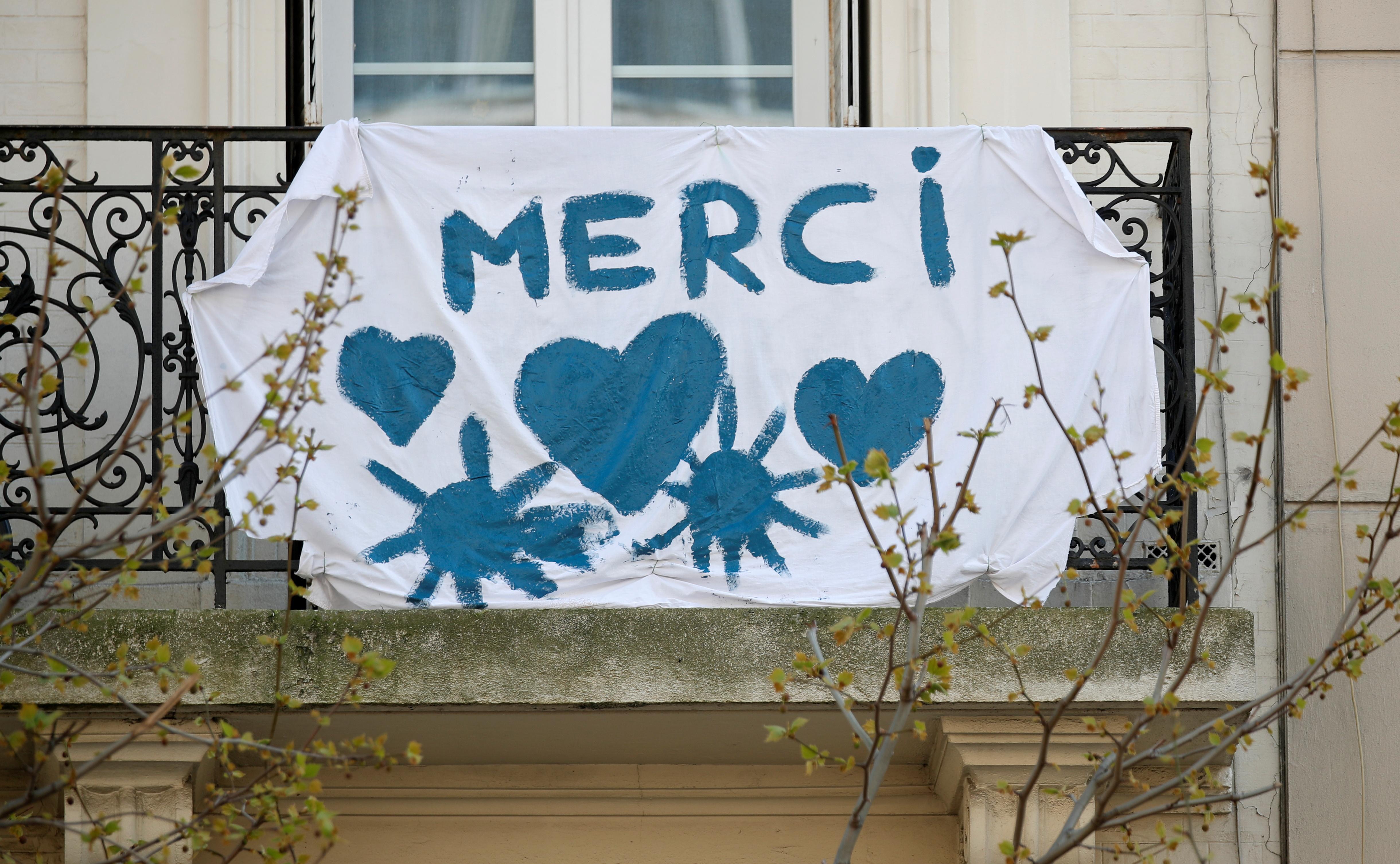 Un mensaje desde un balcón de Paris, Francia (REUTERS/Charles Platiau)