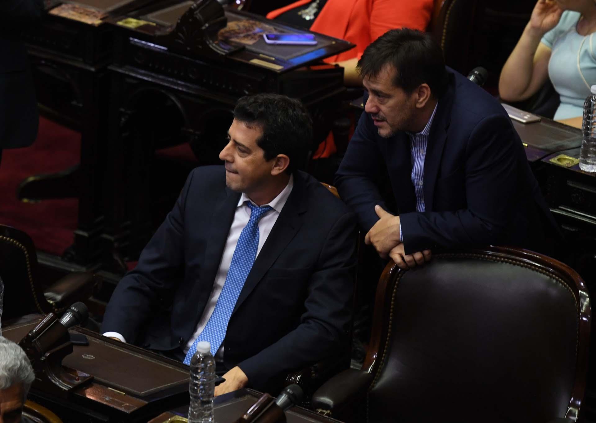 El senador Mariano Recalde dialoga con