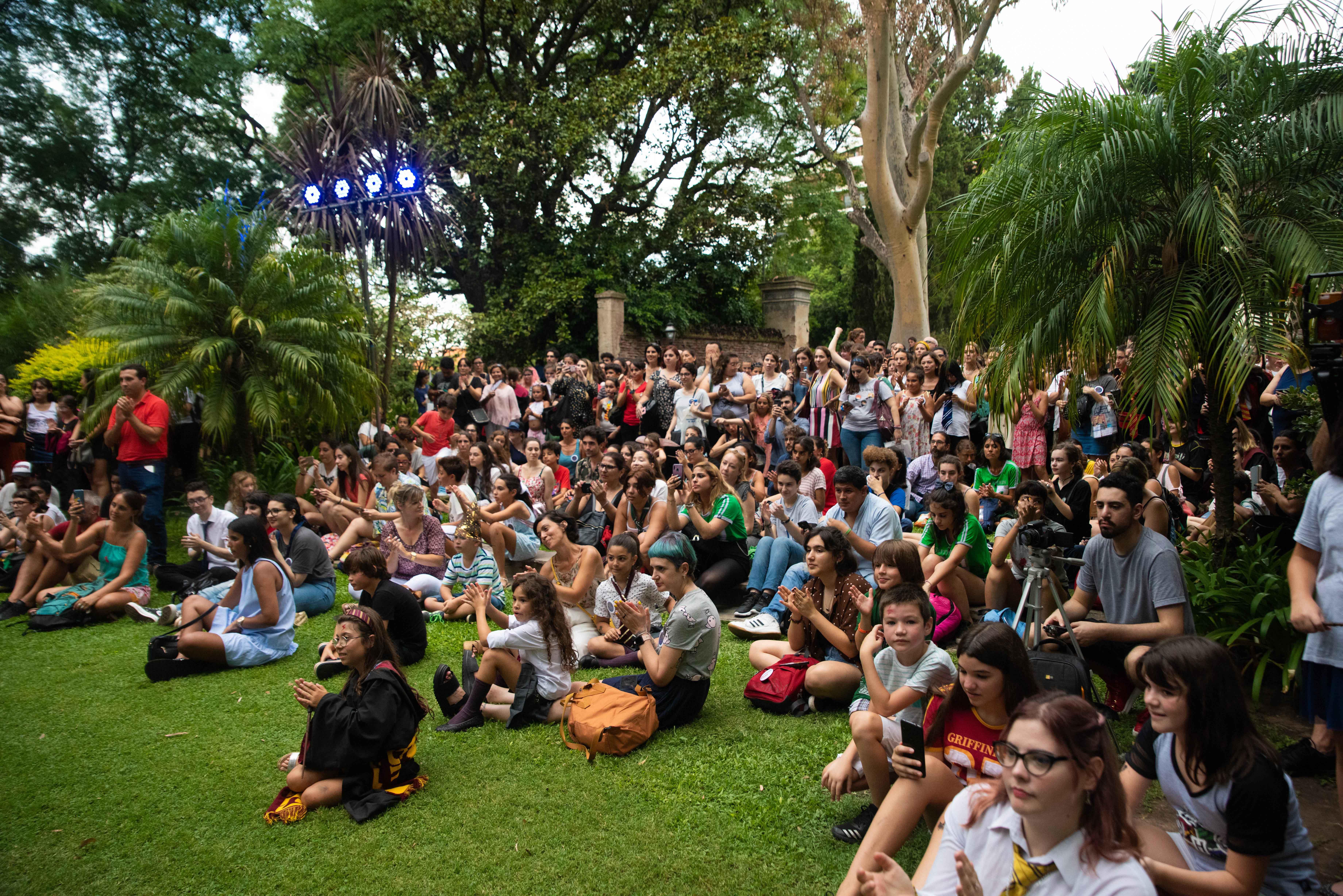 En el pasto, los fans se empezaban a juntar para obtener el mejor lugar y disfrutar de las actividades de cierre
