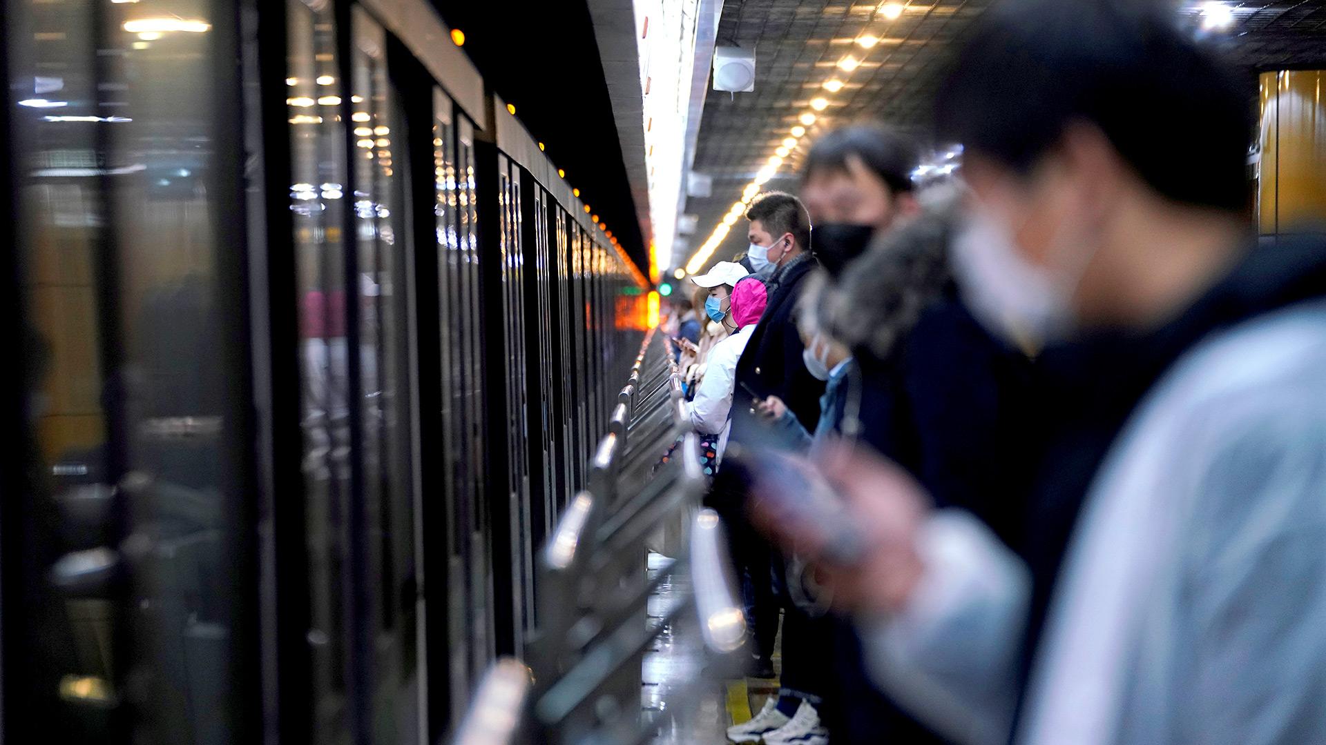 Las personas con máscaras faciales son vistas en una estación de metro en la mañana después de las vacaciones extendidas del Año Nuevo Lunar causadas por el nuevo brote de coronavirus, en Shanghai, China (REUTERS / Aly Song)