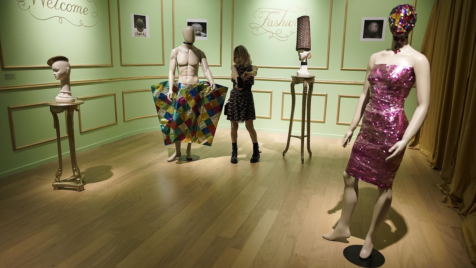Para el año 2000, hacía más de una década que Sergio De Loof era sinónimo de una sensibilidad única, con la que creaba ambientaciones, ropas y desfiles fantásticos haciendo uso de materiales desprestigiados. Con ellos, el artista forjó su propio estilo, el trash rococó, que se caracteriza por la amalgama barroca de consumos culturales eclécticos y efímeros