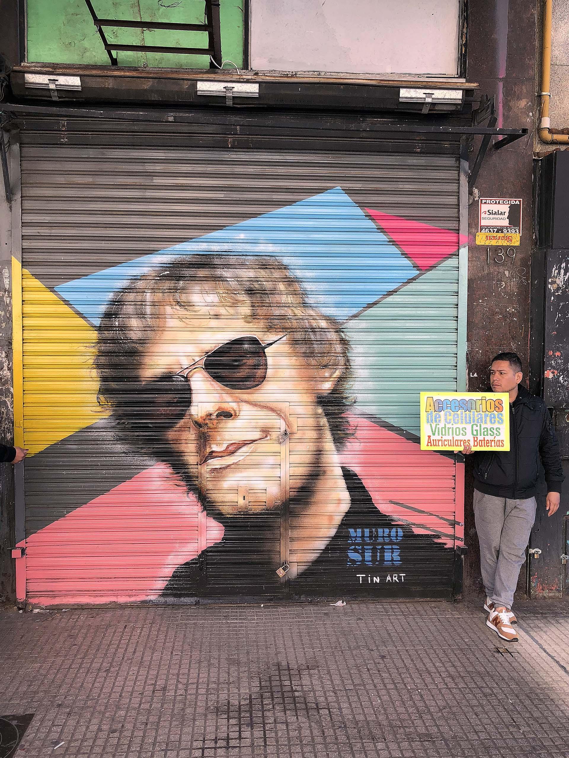 La iniciativa Muro Sur es de embellecimiento urbano. Convocaron a artistas para decorar las persianas de Once con célebres músicos argentinos. Tin Art inspiró la foto de Vernazza: