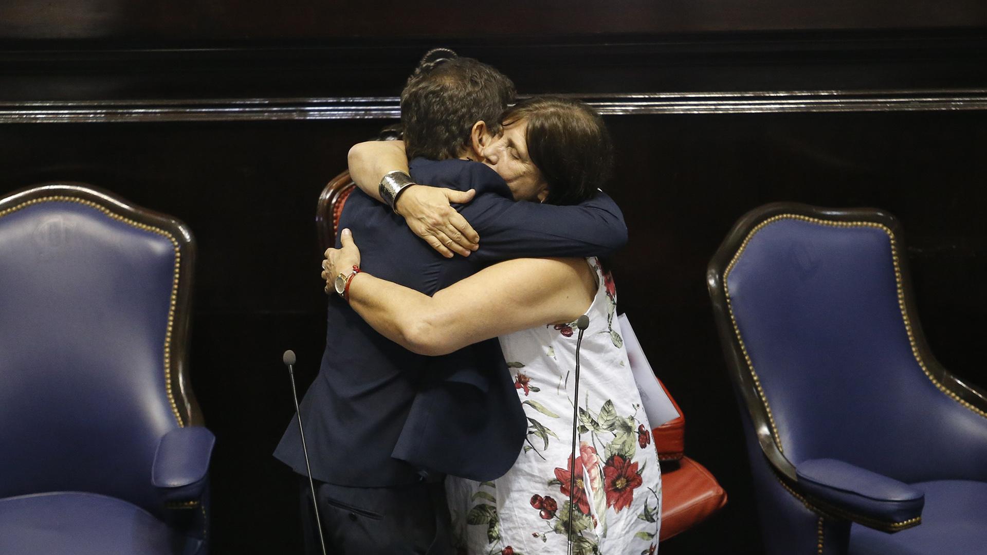 Kicillof se abrazó con Teresa Parodi, quien estuvo a cargo de la gobernación durante todo el martes 10 de diciembre