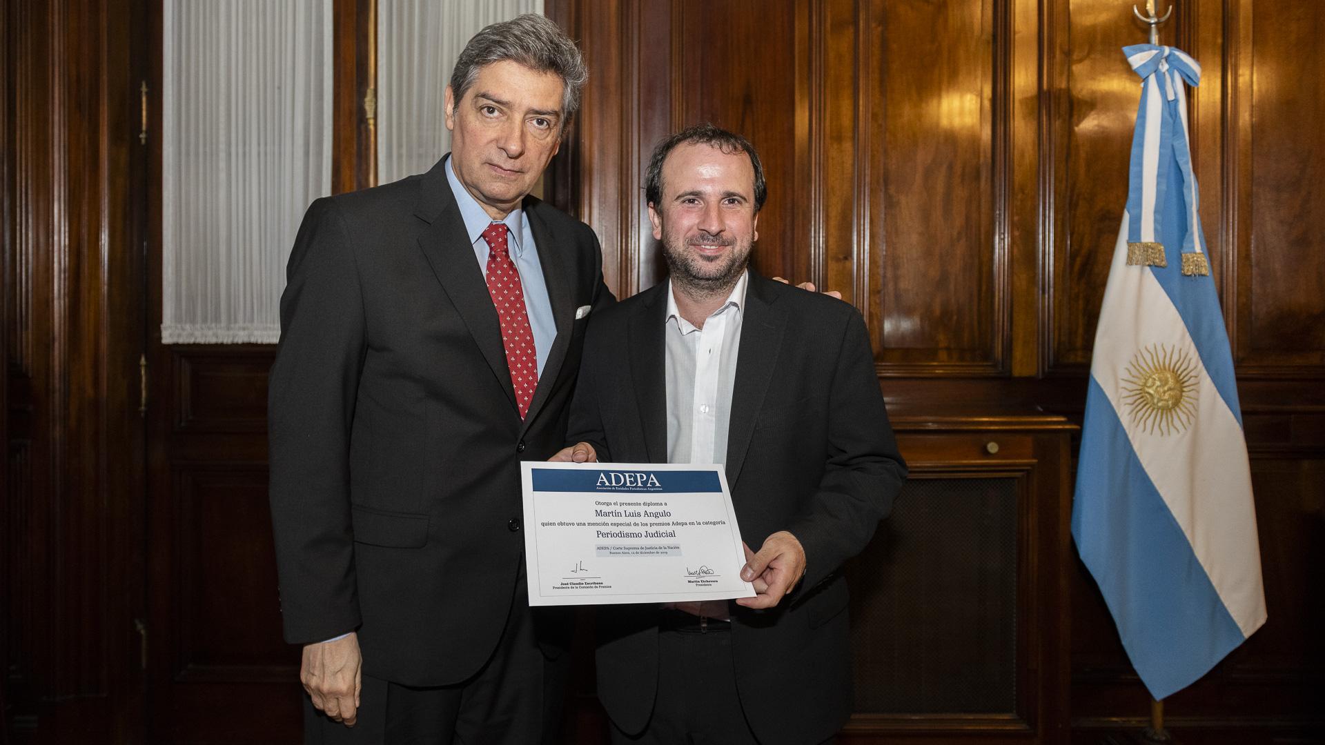 El miembro de la Corte Horacio Rosatti hizo entrega del premio al periodista de Infobae Martín Angulo