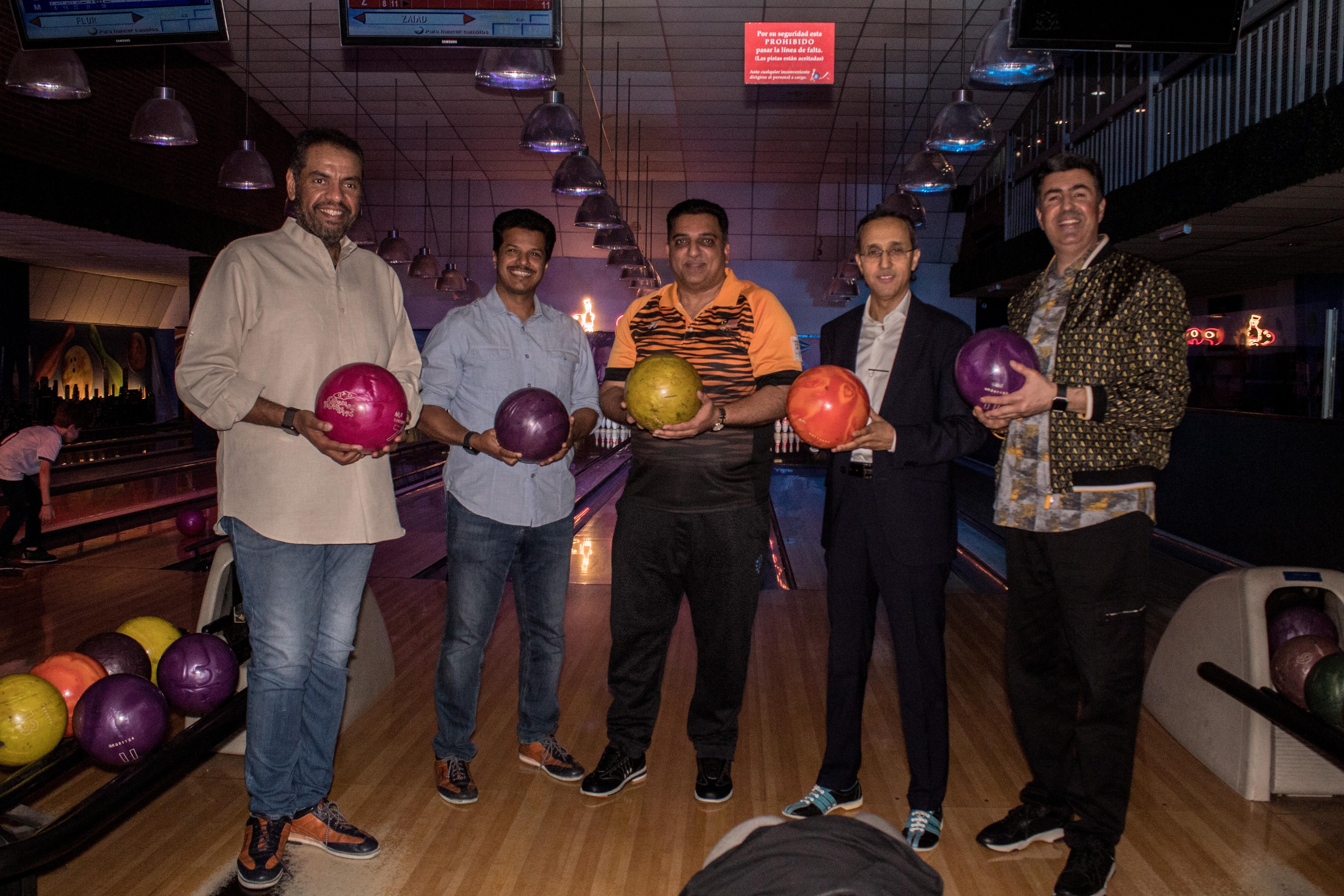 Los embajadores durante el partido de bowling