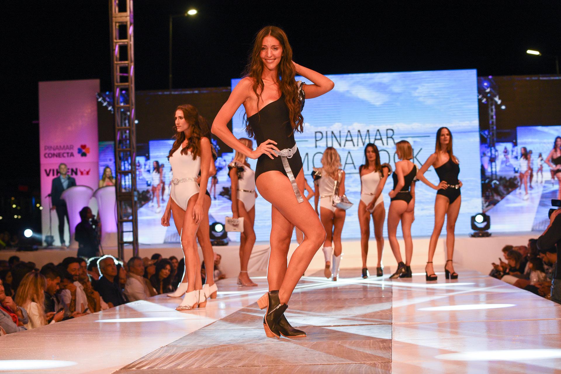 Desde las 16 horas las modelos top se prepararon tras bastidores para el comienzo oficial del desfile