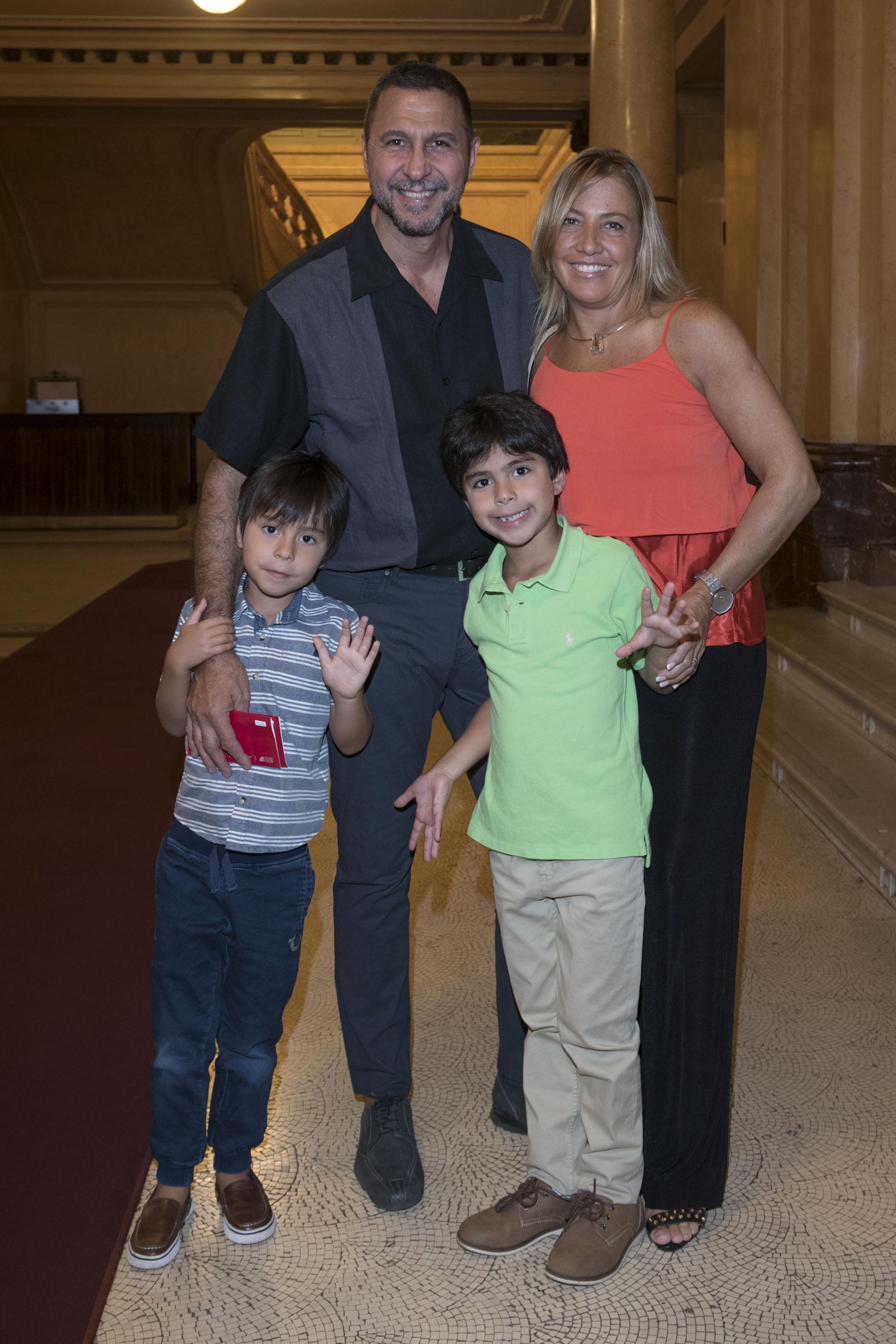 Miguel Habud junto a Victoria Diunta y sus hijos