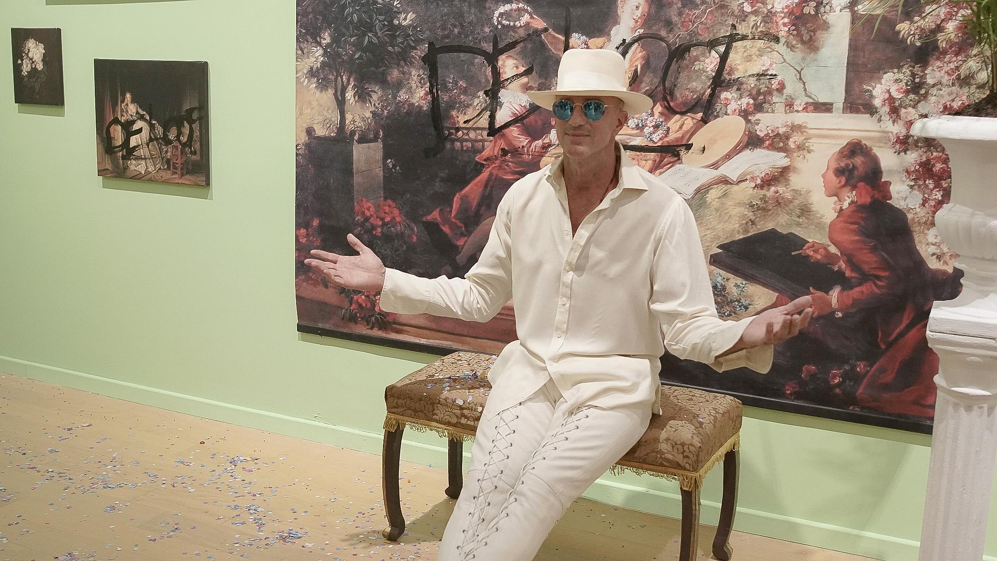 Alan Faena posa junto a una obra de Sergio De Loof, quiennació en 1962, en Buenos Aires. De Loof es artista, diseñador y decorador. Prolífico creador y ambientador, fundó y ambientó bares, restaurantes y discotecas como Bolivia (1989), El Dorado (1990) Ave Porco (1994), El Morocco (1993) y Club Caniche (1995)