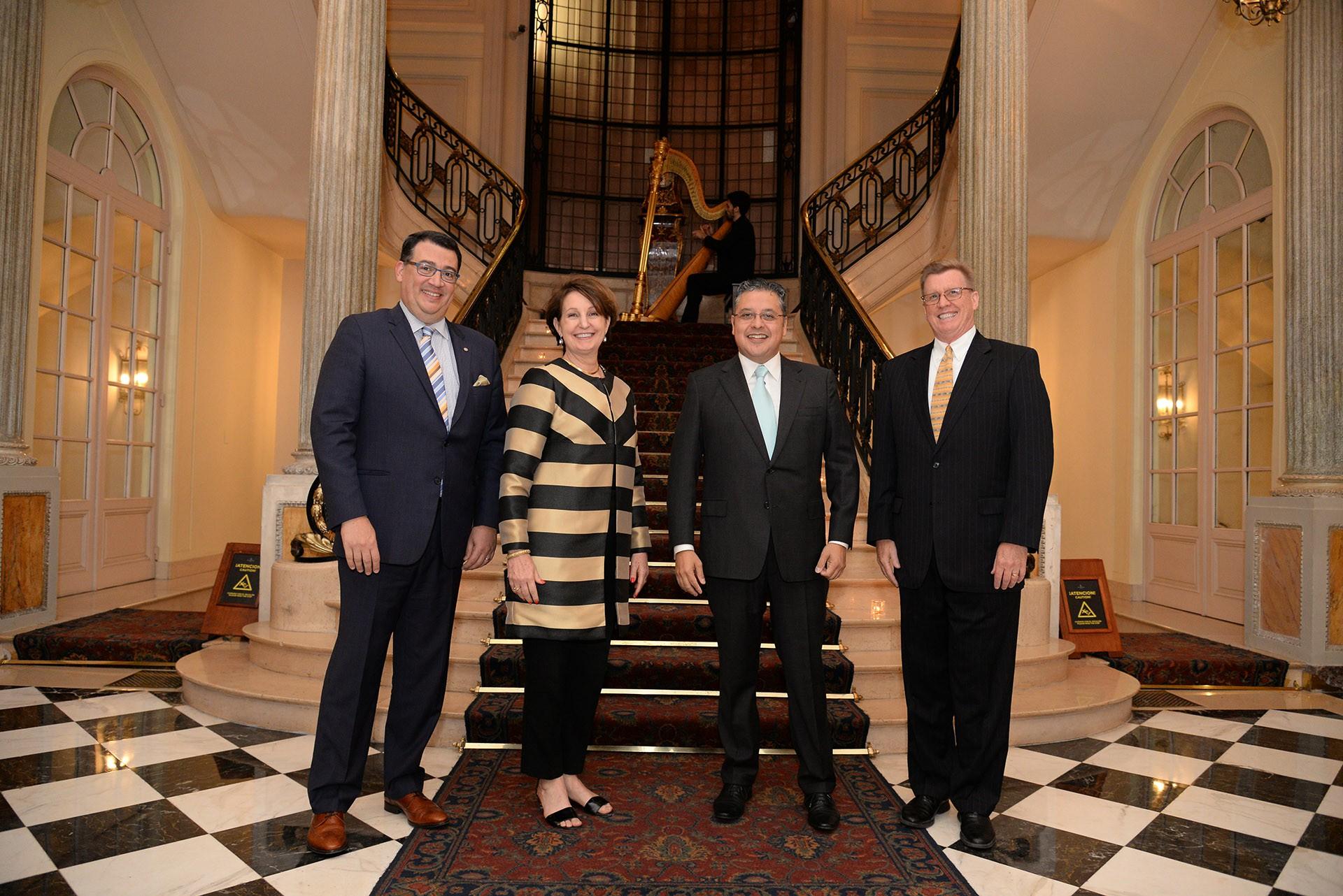 Tulio Hochkoeppler, vicepresidente regional y gerente general del Four Seasons; MaryKay Carlson, ministra consejera de la embajada de los Estados Unidos; y Ariel Blufstein, colaborador en Relaciones Diplomaticas DAIA
