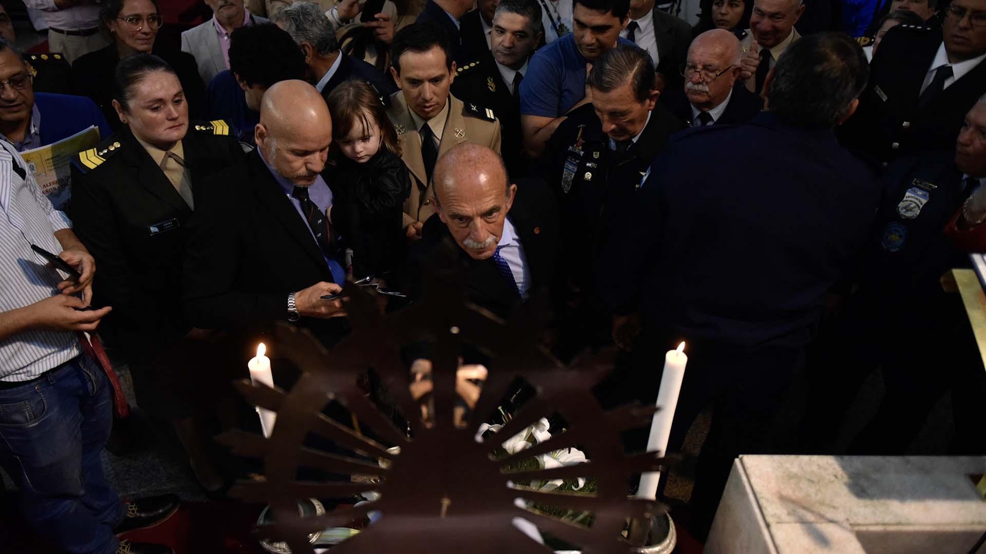 Finalizada la misa, autoridades del ejército, veteranos, familiares de caídos y fieles se acercaron a la Virgen de Luján