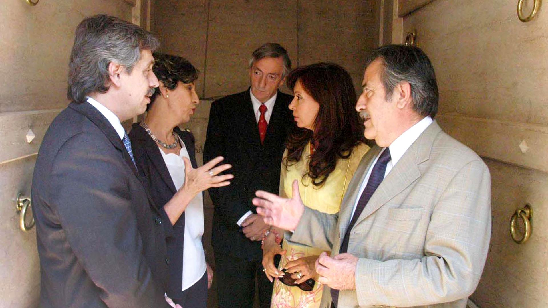 En marzo del 2004, el presidente Néstor Kirchner, su esposa Cristina Fernández y la diputada del Partido Socialista de Chile, Isabel Allende, hija del extinto presidente Salvador Allende, visitan la tumba de éste último en el cementerio nacional de Santiago, Chile.