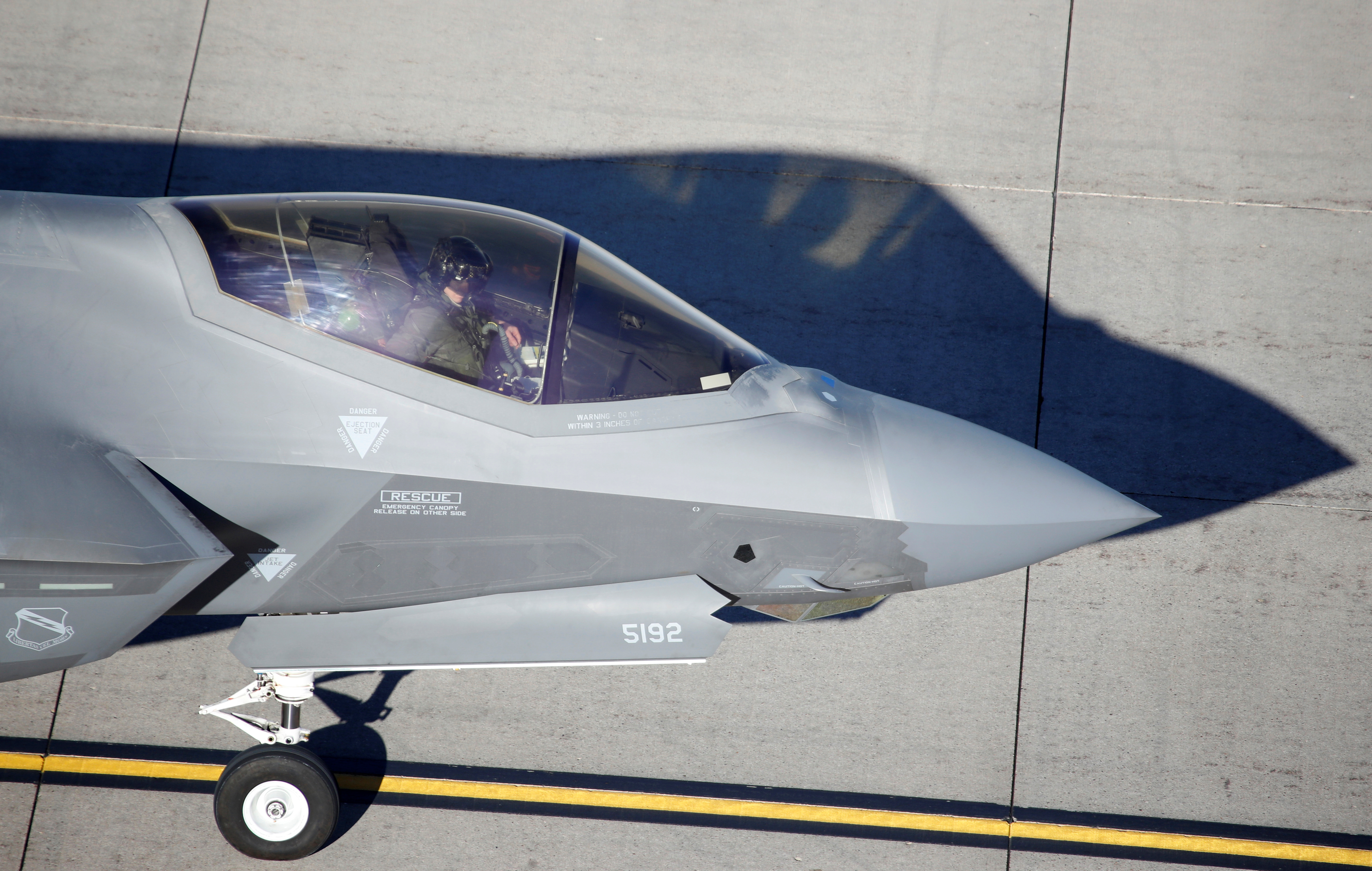 Un piloto de la Fuerza Aérea norteamericana registra su avión F-35A de la Fuerza Aérea de las alas de combate 388 y 428, para formar un ejercicio de