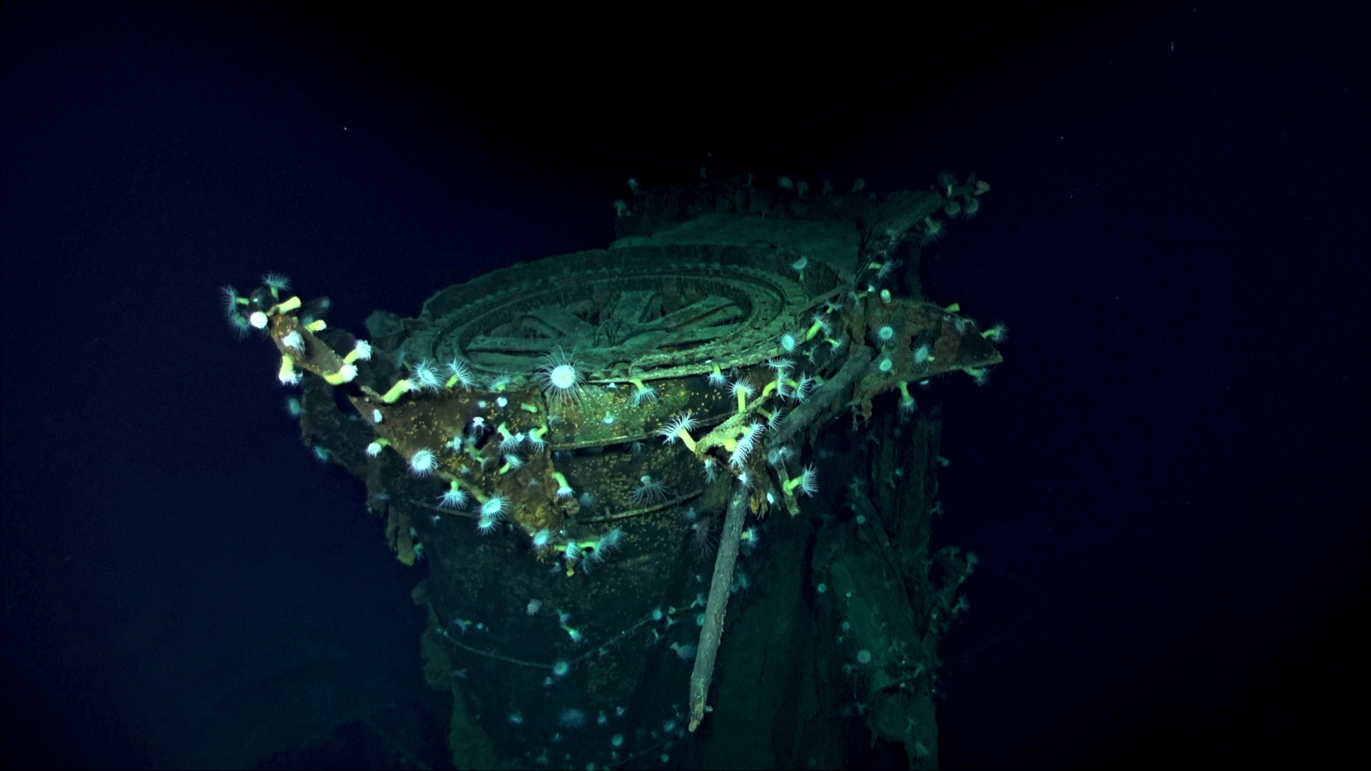 La estación de radar del portaaviones Kaga, en las profundidades del mar (AP / Caleb Jones)