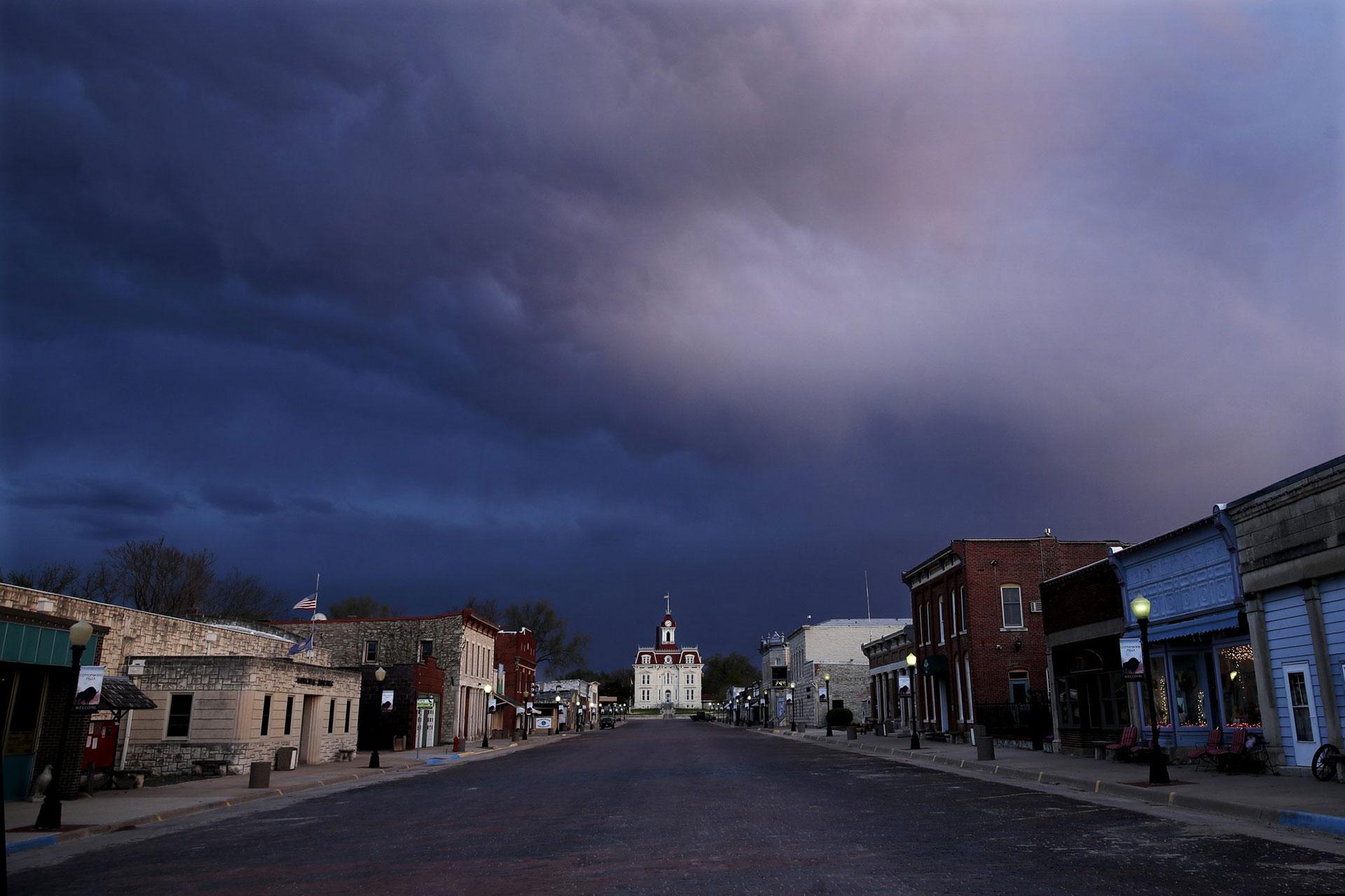 Una calle desierta conduce al histórico Palacio de Justicia del Condado de Chase en Cottonwood Falls, Kansas, EEUU, al anochecer del jueves 23 de abril de 2020 (Foto AP / Charlie Riedel)