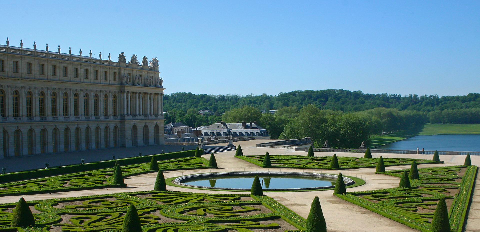 Se destacan en los jardines el Gran Trianón, un pequeño palacio de mármol rosa, o el Dominio de María Antonieta, lugar en el que la esposa de Luis XVI disfrutaba de una vida sencilla y campestre