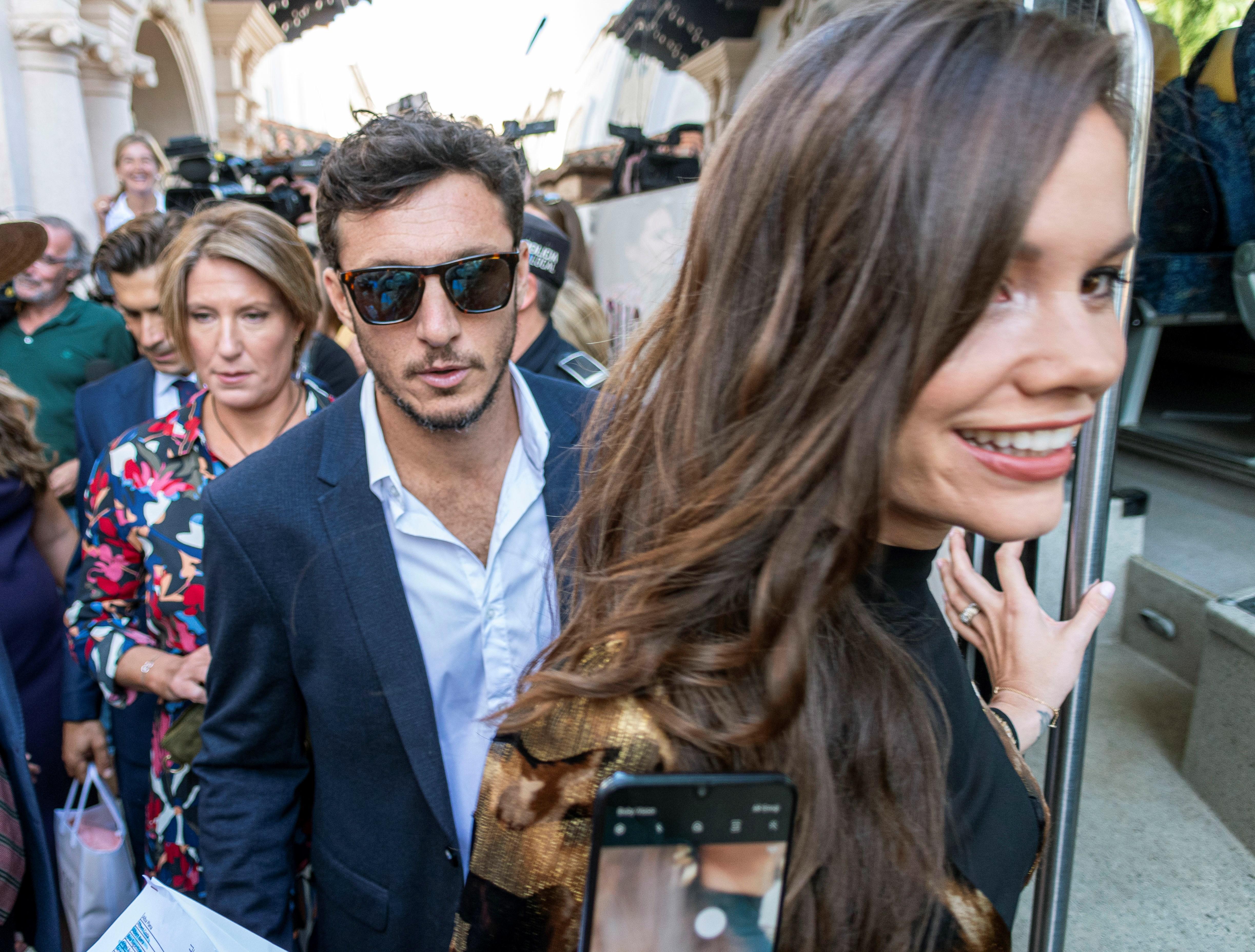 El tenista argentino Juan Mónaco y Diana Arnopoulos, invitados a la boda de Rafa Nadal y Mery Perelló, saliendo del hotel donde están alojados en Pollença (Mallorca) EFE/ Cati Cladera