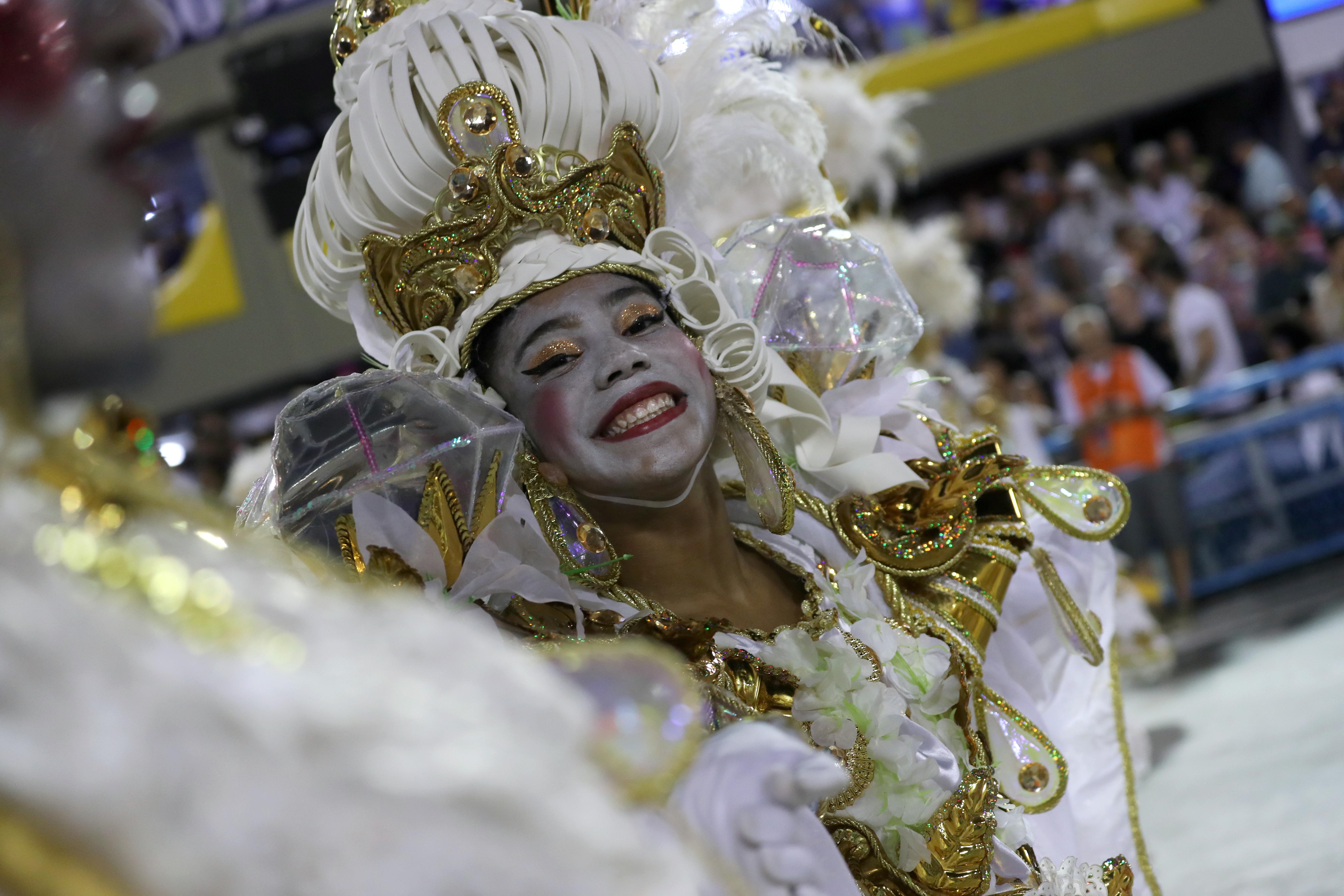 Una miembro de la escuela Beija-Flor samba en su presentación durante la segunda noche del carnaval REUTERS/Sergio Moraes