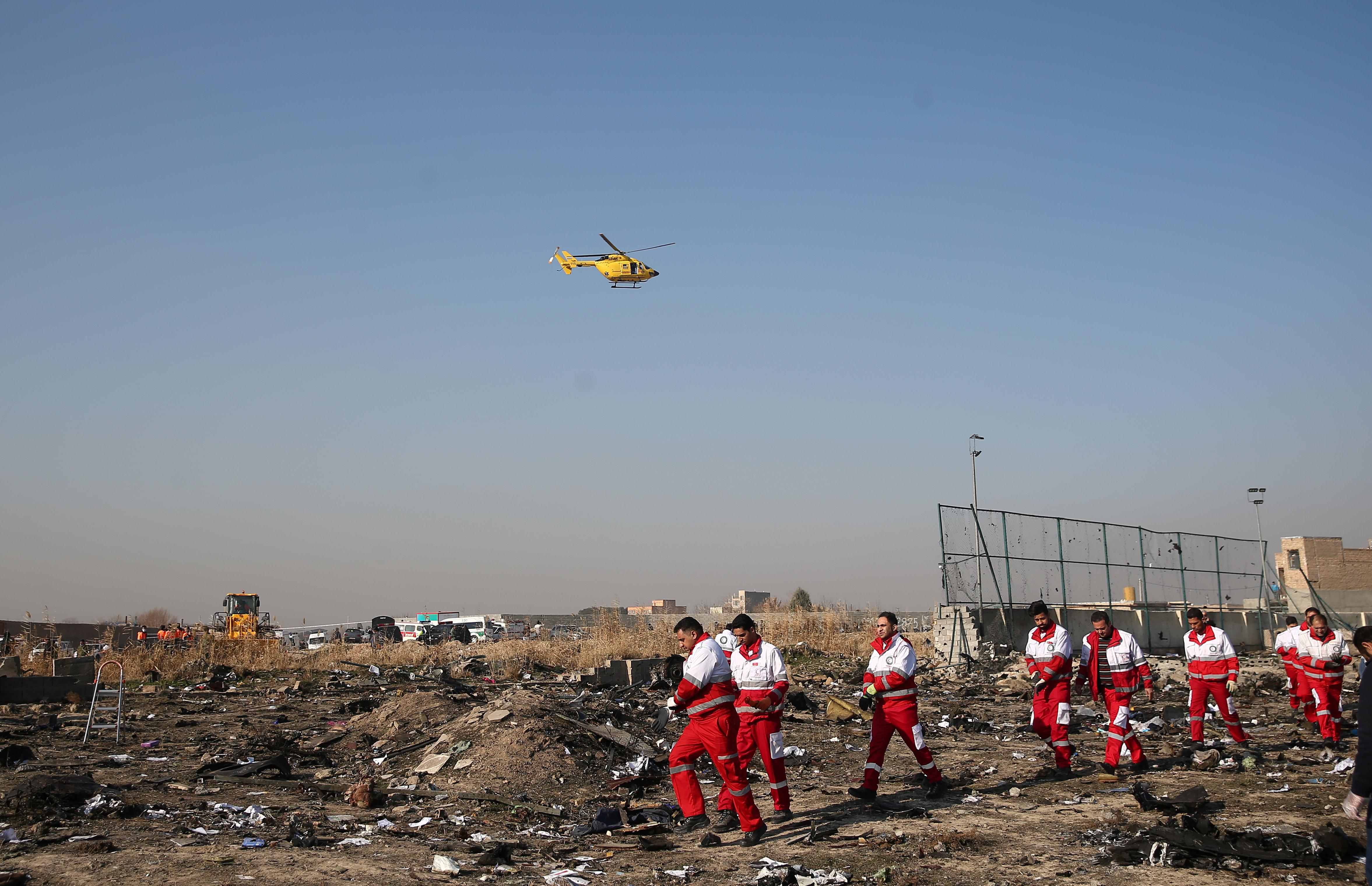 Rescatistas y un helicóptero en el lugar del accidente (REUTERS)