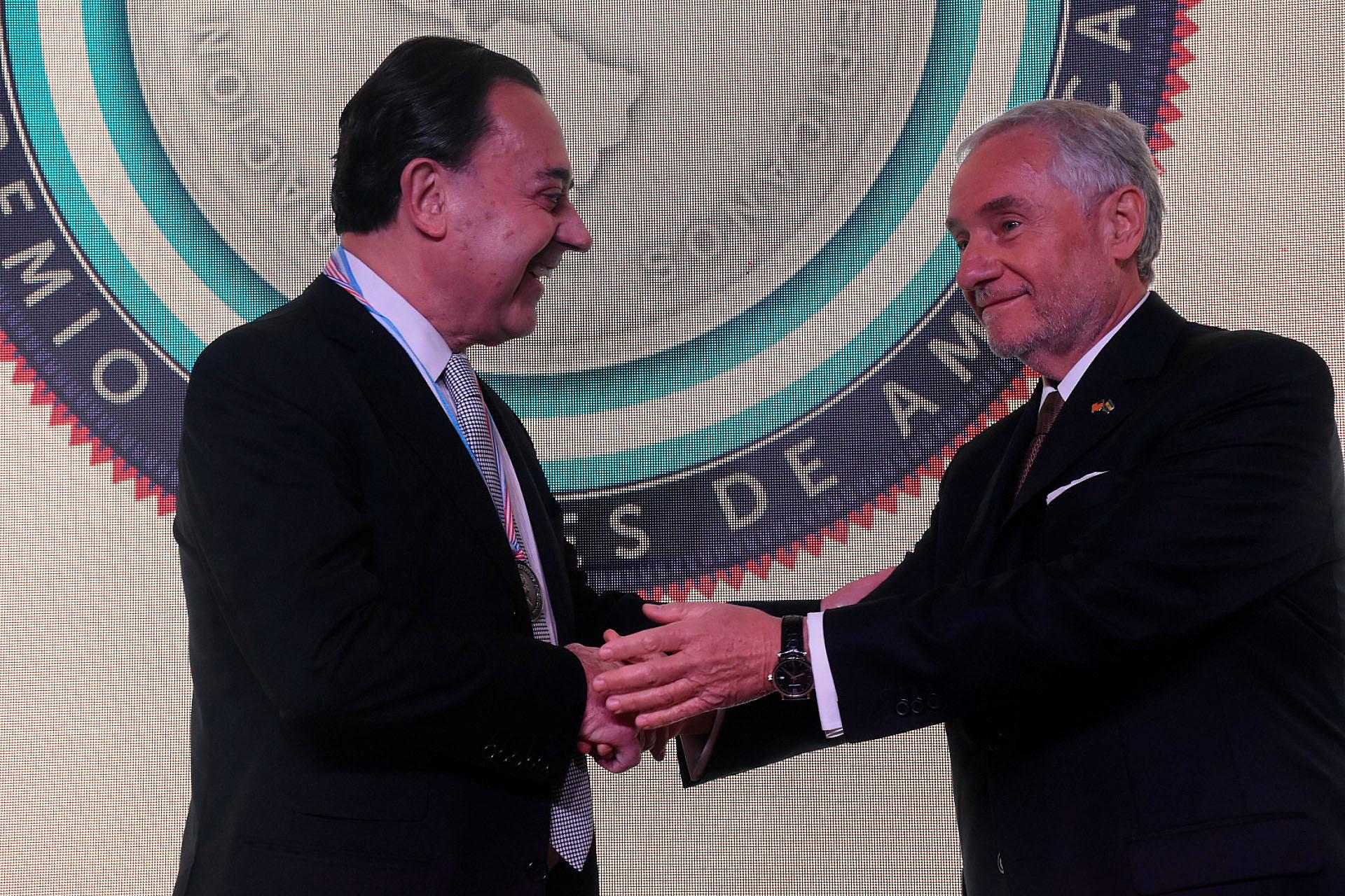 El diplomático argentino Felipe de la Balze y Savino en la entrega de distinciones del CEA