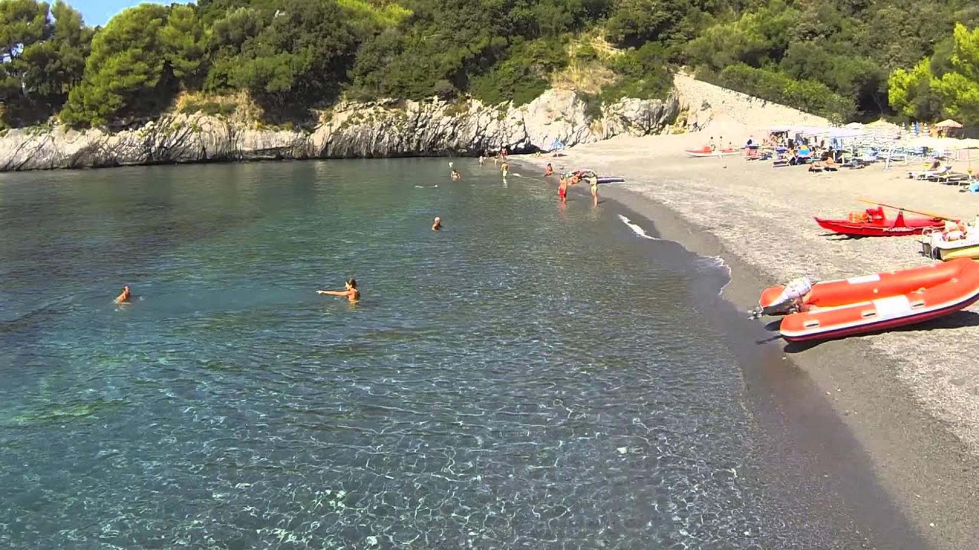 Con un litoral que se parece mucho a su vecino de Amalfi pero sin los turistas extranjeros y los altos precios, este club de playa cerca de la joya subestimada de Maratea ofrece los más deliciosos mariscos en sus restaurantes. Una de las mejores maneras de disfrutar esta área es alquilar un bote y recorrer las múltiples calas de la costa
