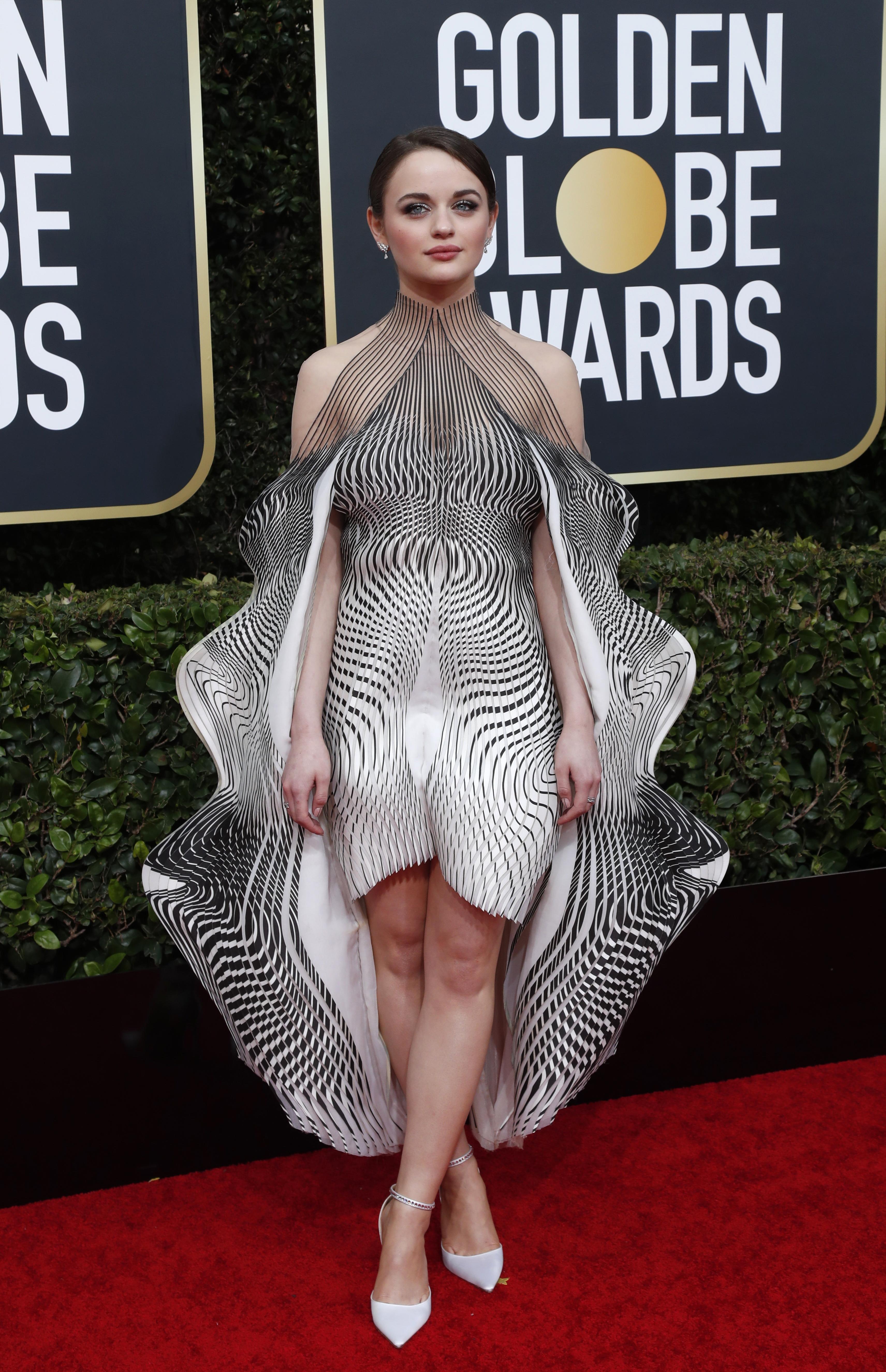La actriz Joey King apostó a un extravagante diseño en 3D con corte asimétrico y cuello halter. Completó su look con pequeños aros de brillantes y anillos
