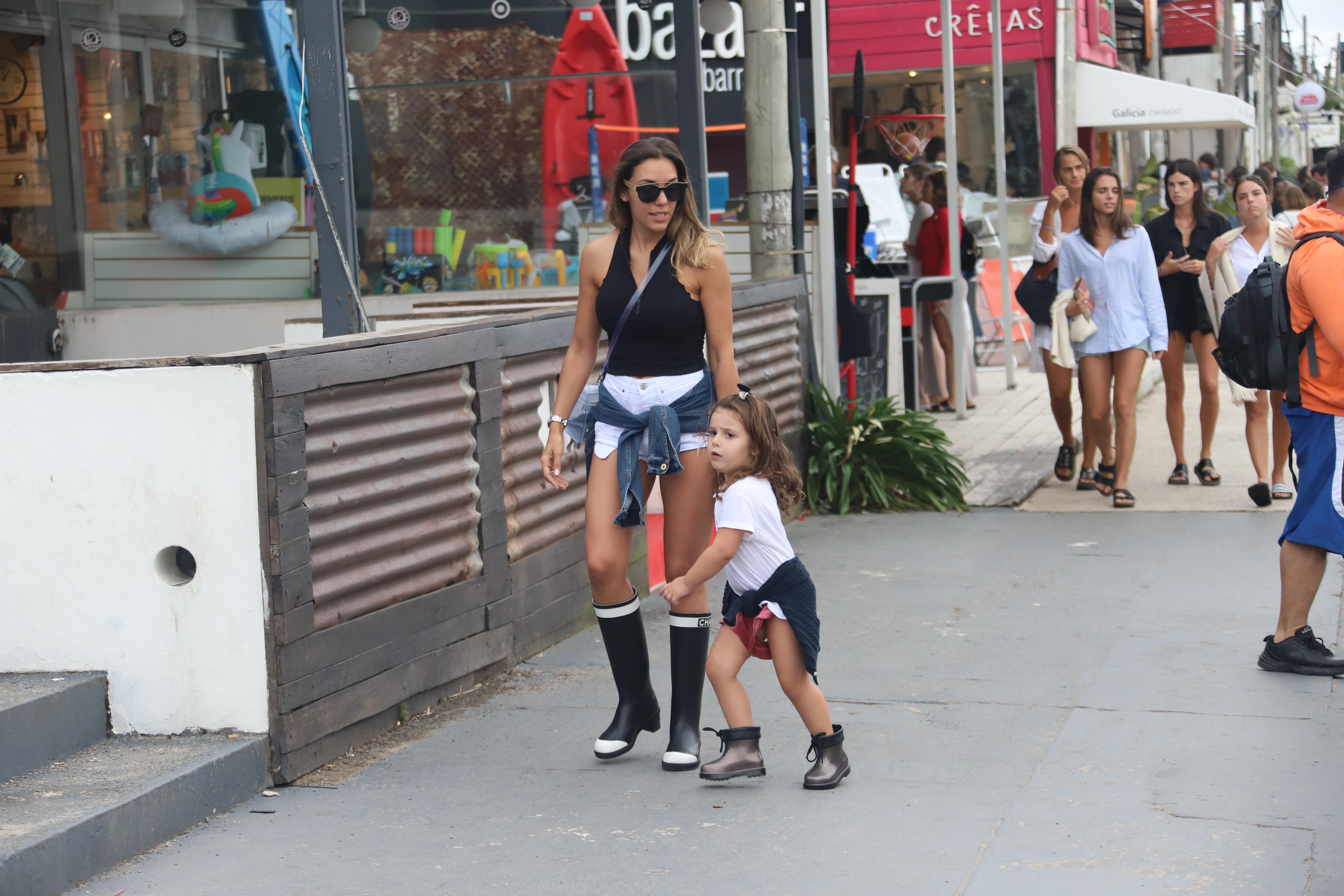 Floppy Tesouro salió de paseo luciendo su figura con un short de jean y botas
