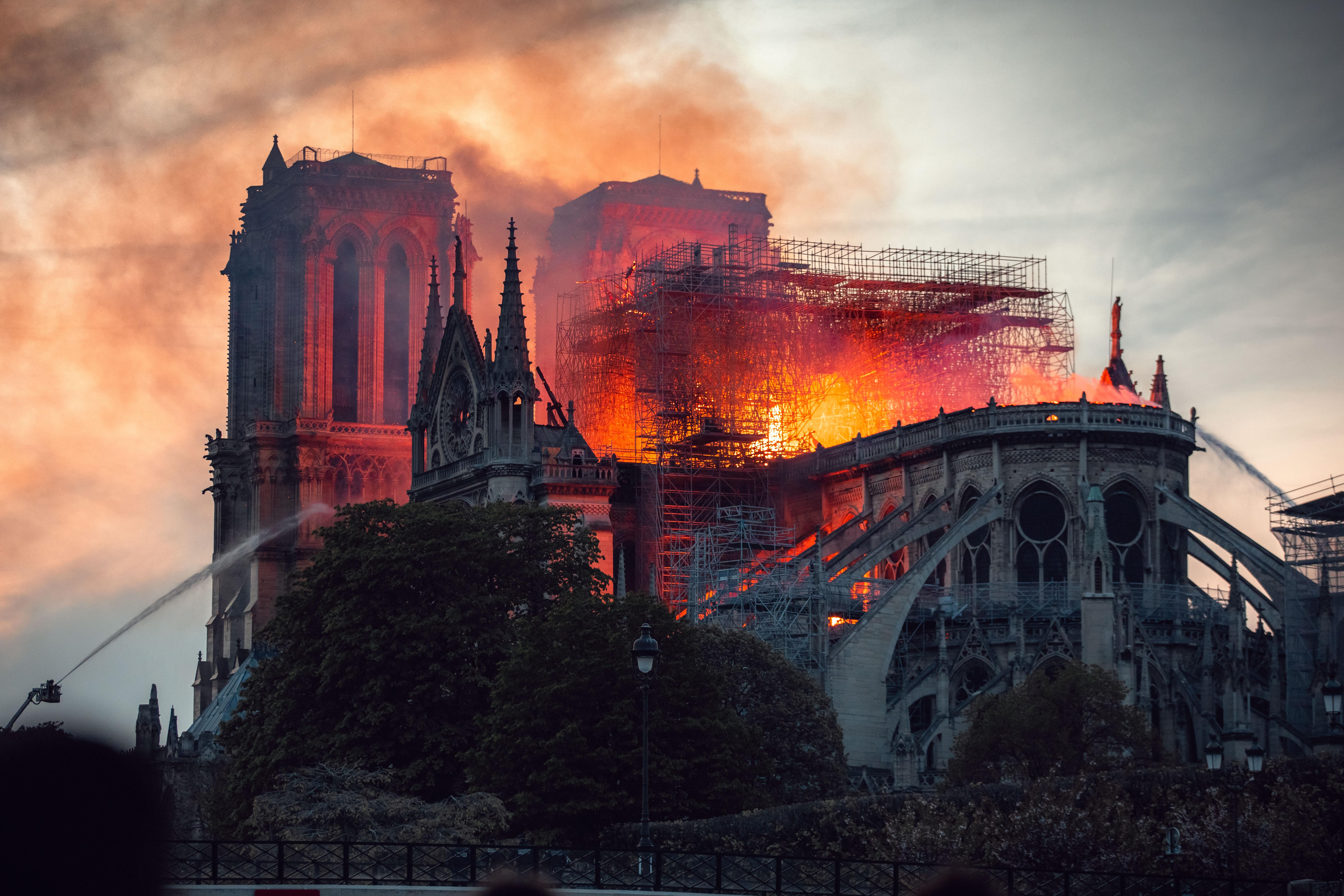 Antes de que la catedral se incendiara el 15 de abril de 2019, el edificio del siglo XII estaba en proceso de renovación, lo que podría haber agravado el problema, ya que el incendio podría haberse relacionado con el equipo utilizado durante las renovaciones