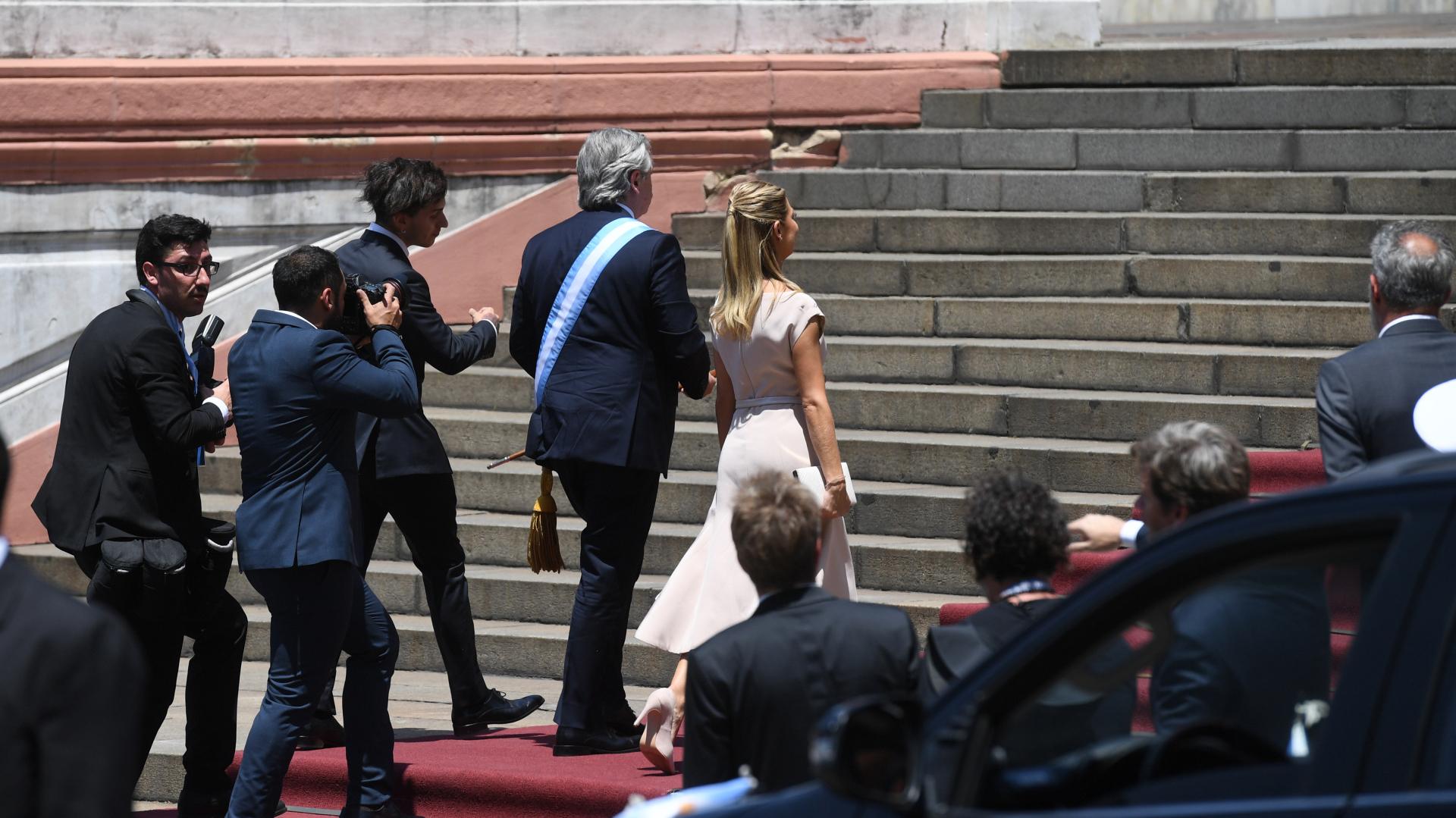 Alberto Fernández sube las escalintas de la Casa Rosada junto a su pareja Fabiola Yáñez y su hijo Estanislao