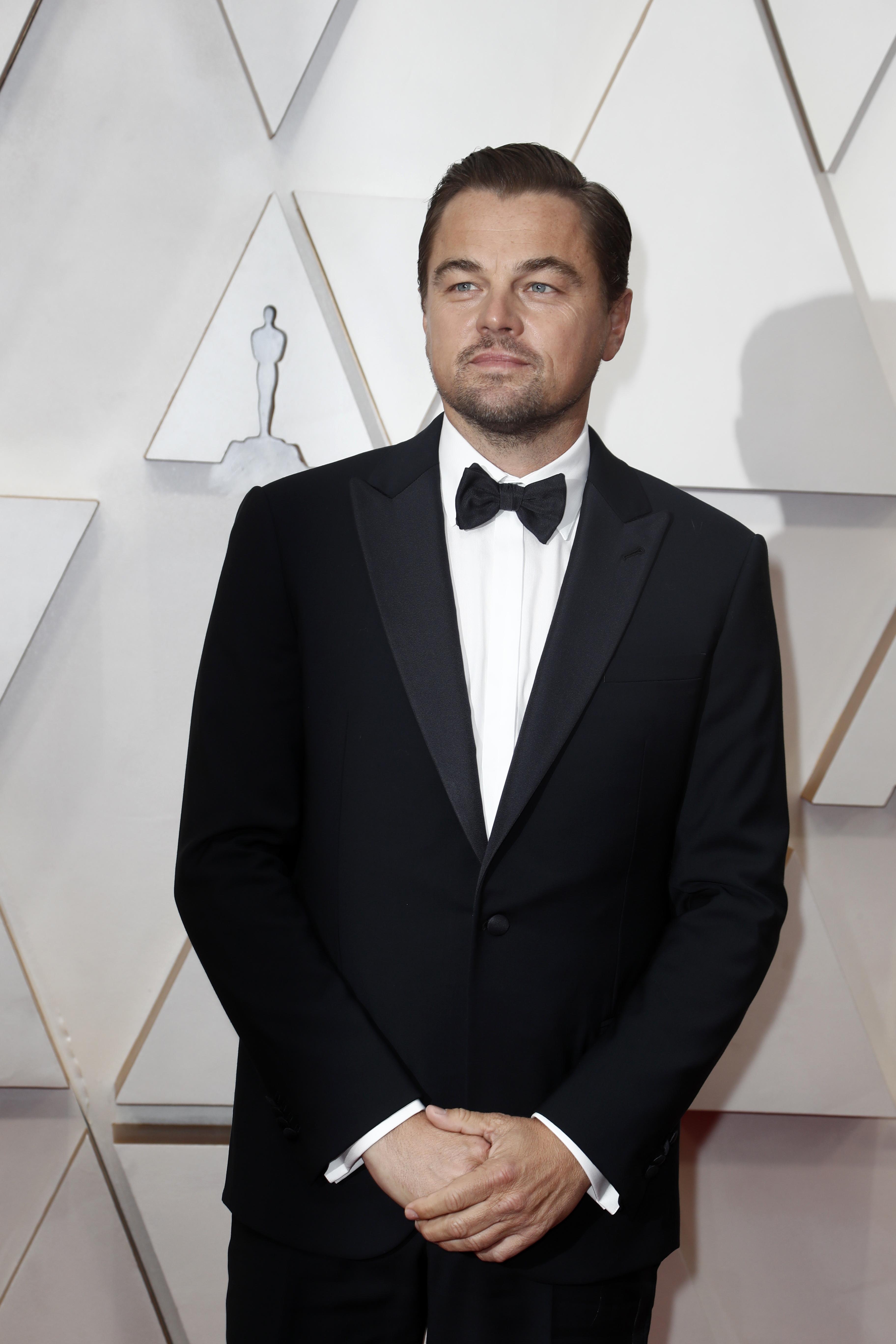 Leonardo DiCaprio llegó a la alfombra roja en Los Ángeles con un esmoquin con moño y camisa blanca