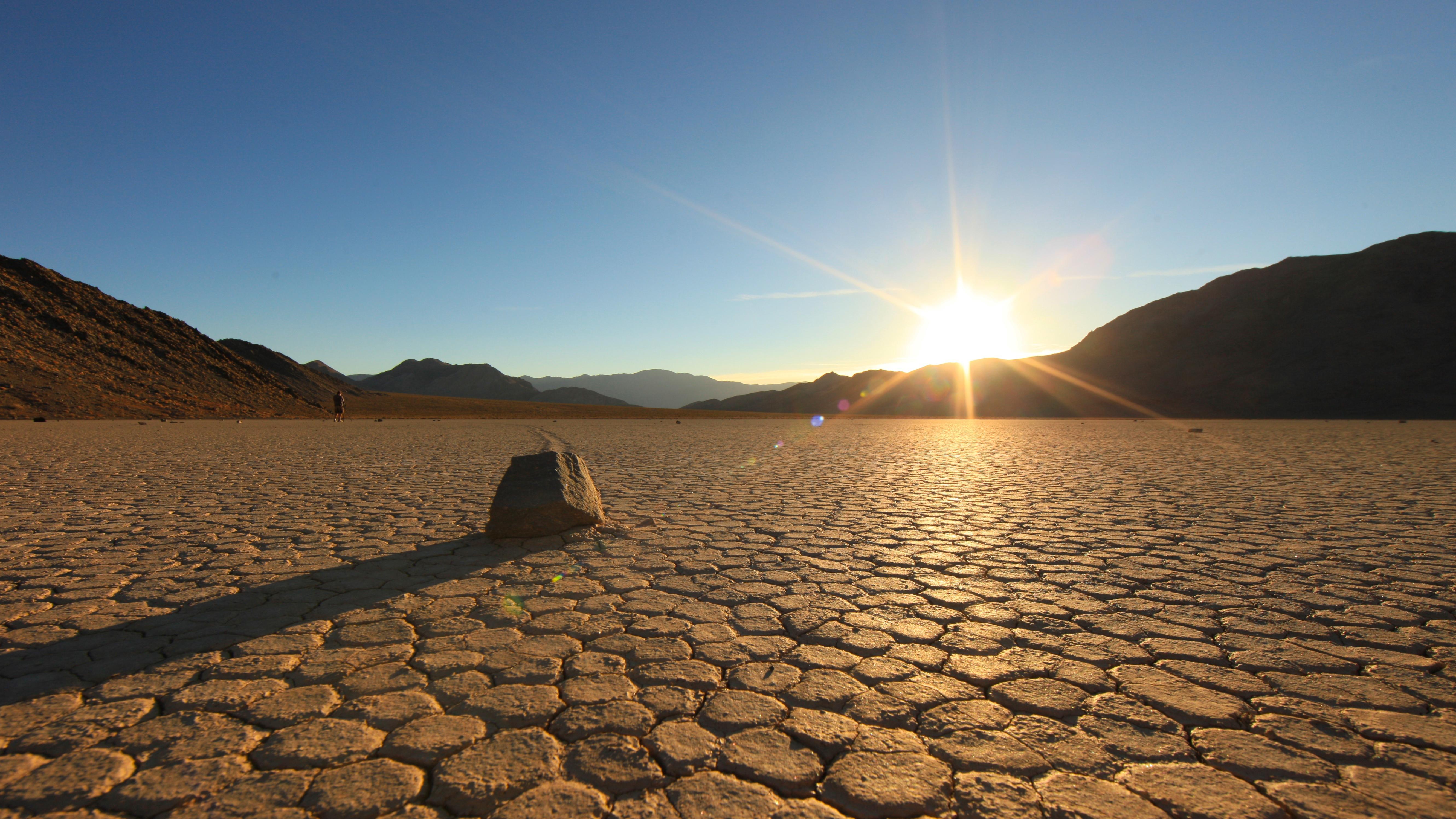 Death Valley, el lugar más caluroso de la Tierra, tiene temperaturas medias tan altas que los turistas regularmente intentan freír huevos en el suelo. La temperatura más alta jamás registrada por una estación meteorológica es de 134.1°F (54°C). Esto se midió el 30 de junio de 2013 en Death Valley, California. Sin embargo, la temperatura más alta de la superficie del suelo jamás medida no fue en Death Valley, sino en el desierto de Dascht-e Lut en Irán