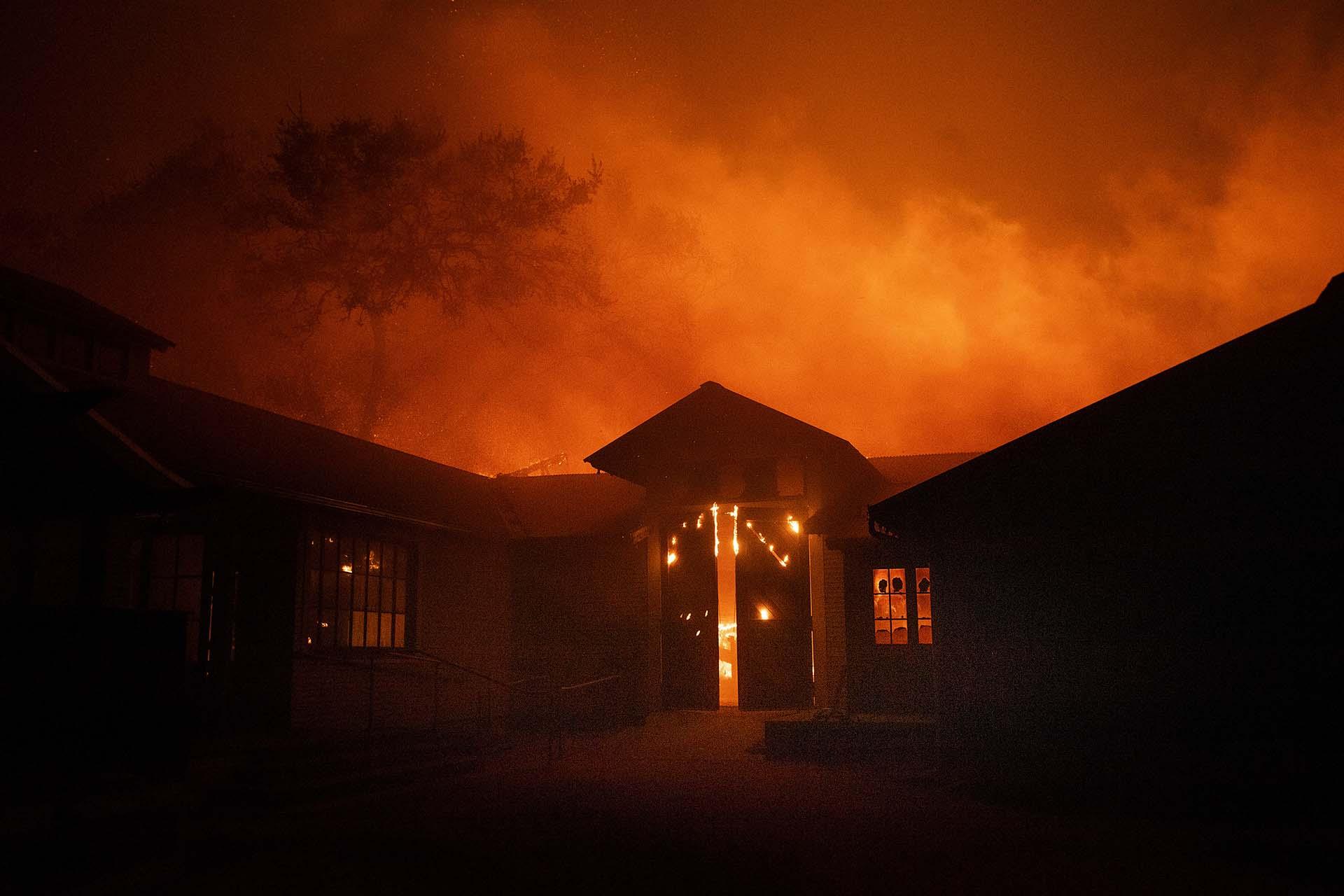 Los viñedos de Soda Rock Winery en Healdsburg se incendiaron y las estructuras de la casa fueron destrozadas por el fuego