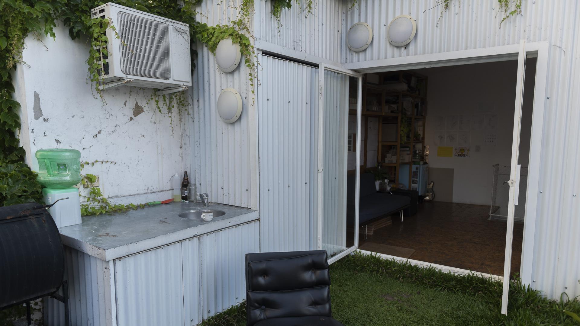 En el interior, un sistema de superficies y mobiliario de madera se replica, organizando distintas soluciones en cada ambiente