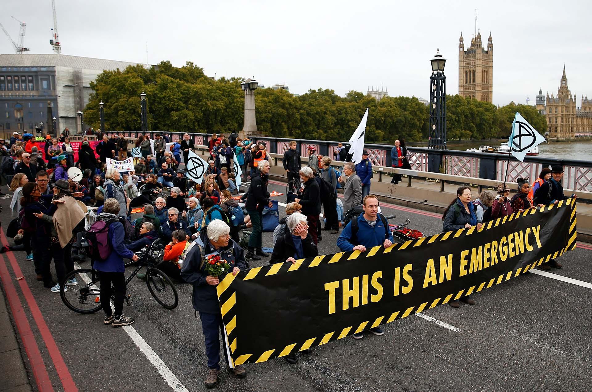Activistas bloquean el Puente Lambeth durante la protesta de la Rebelión de la Extinción en Londres, Gran Bretaña, el 7 de octubre de 2019. REUTERS / Henry Nicholls