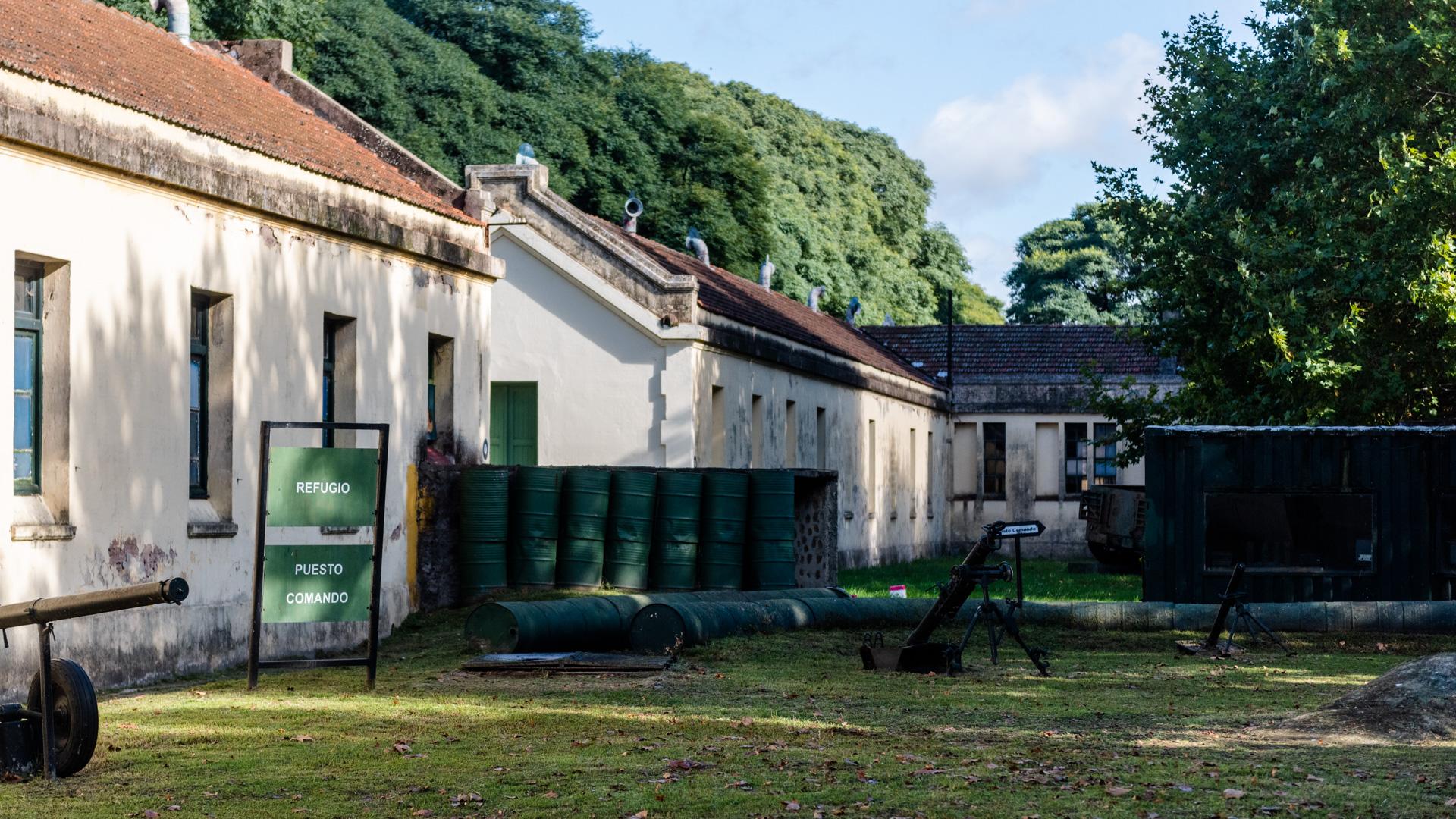 Los patios exteriores del Museo del Ejército Argentino exhiben una gran cantidad de piezas de artillería