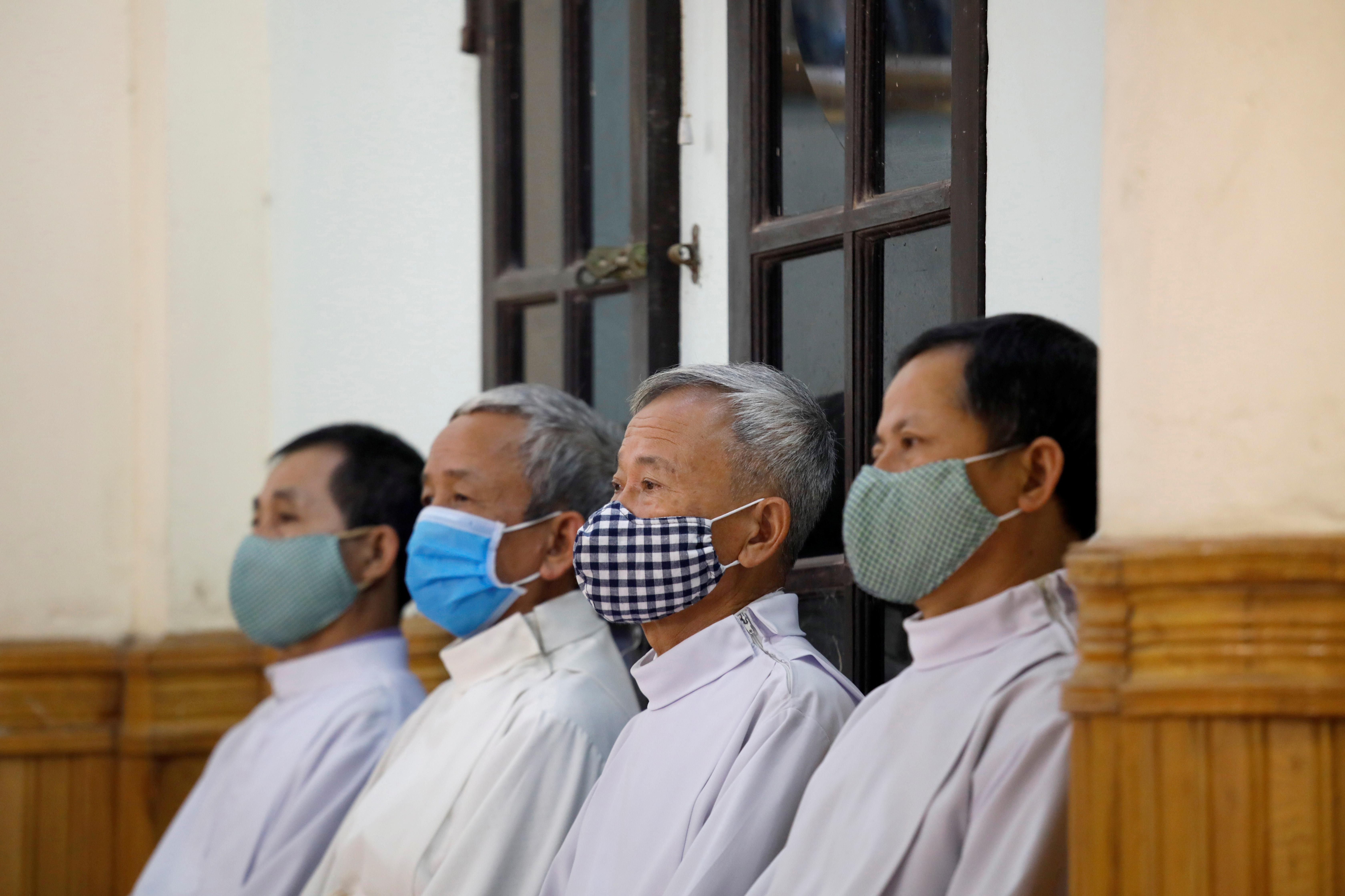 VIETNAM - Varias personas -todas con barbijo- celebraron la misa de domingo de Pascuas de Resurrección en la provincia de Vinh Phuc