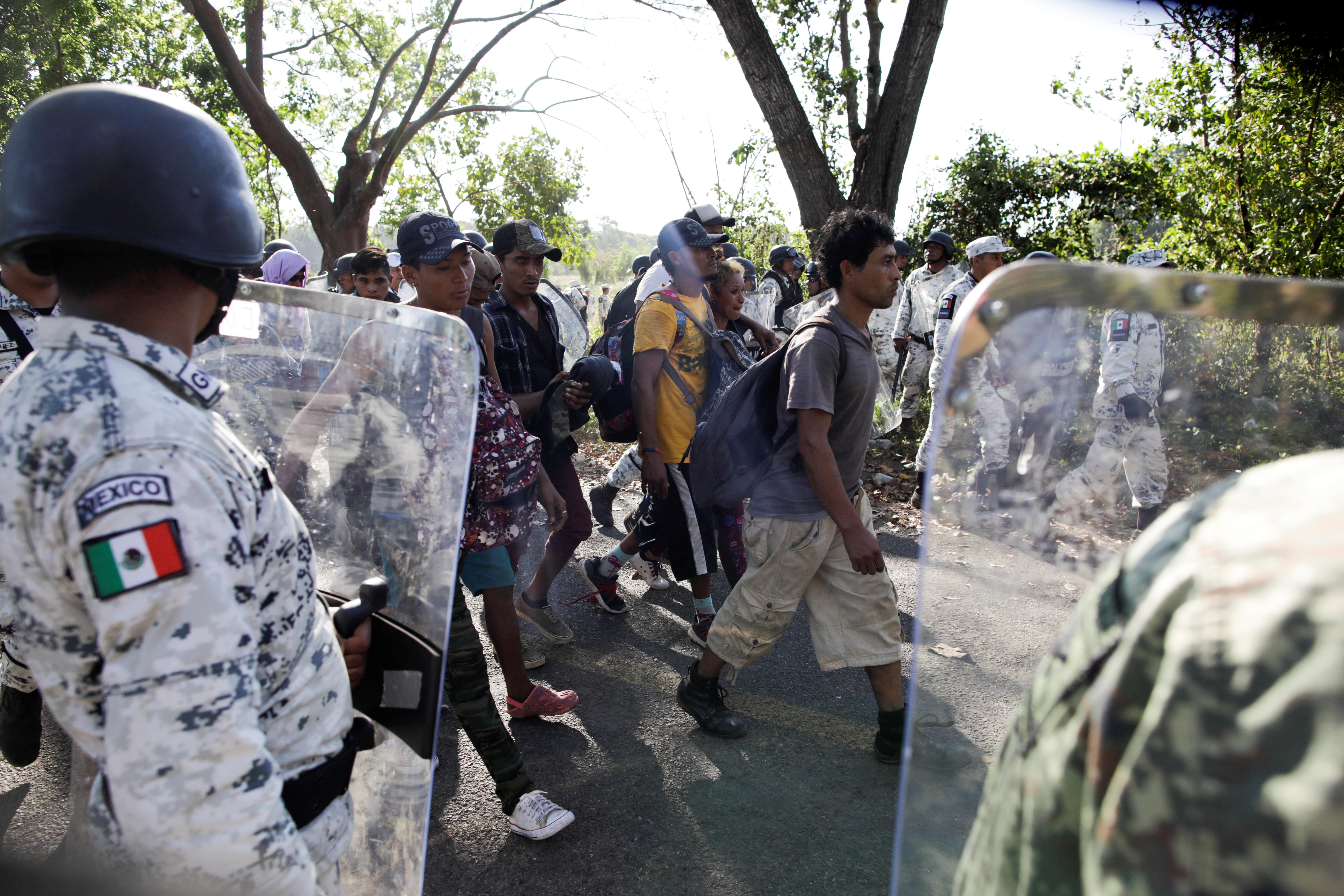 Después del enfrentamiento inicial muchos migrantes se entregaron voluntariamente a las autoridades mexicanas (Foto: Andrés Martínez Casares/Reuters)